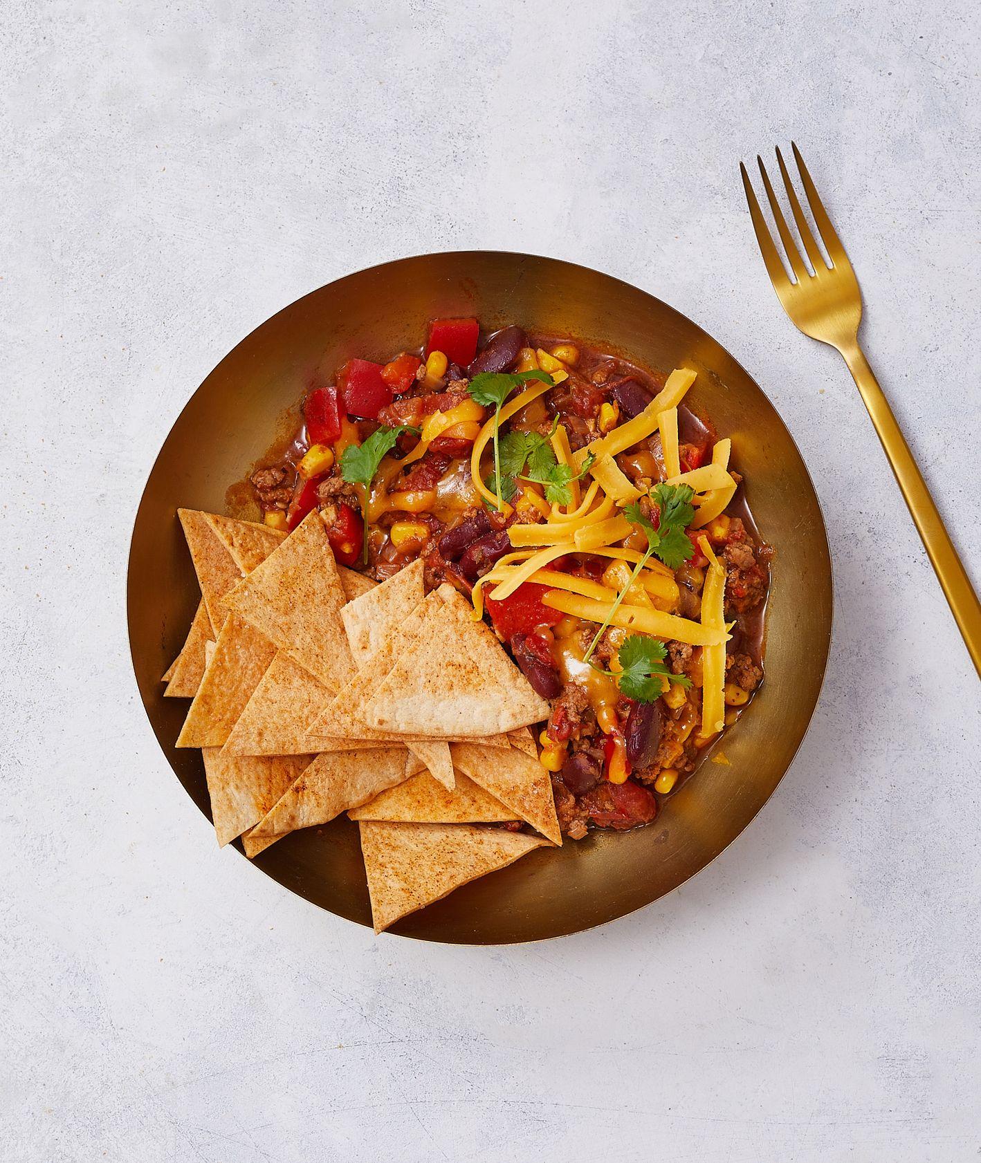 Ale Meksyk! Klasyczne chili con carne z cheddarem i domowymi nachosami (fot. Maciek Niemojewski)