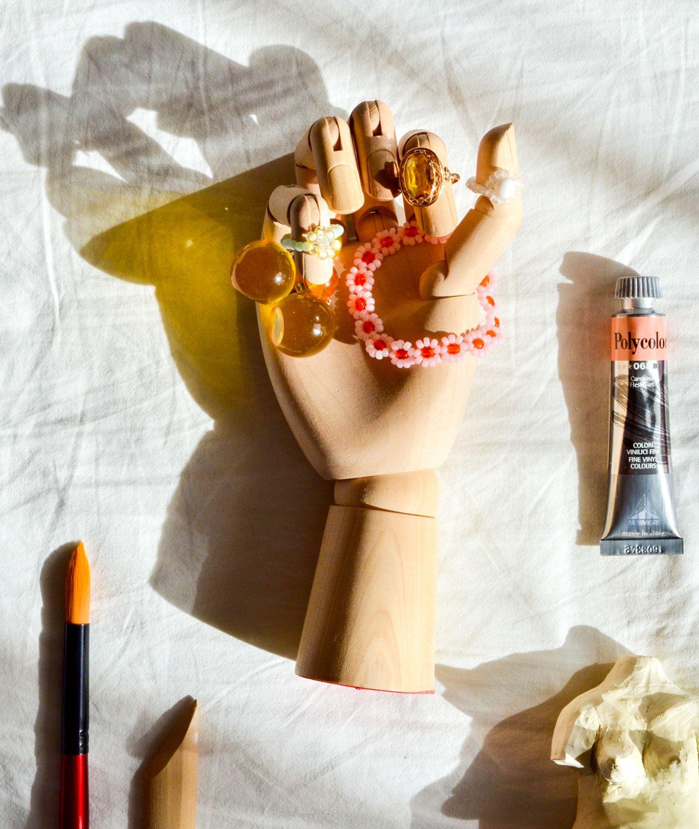 Modelowa ręka i domowe drobiazgi (fot. Marta Grzebisz)