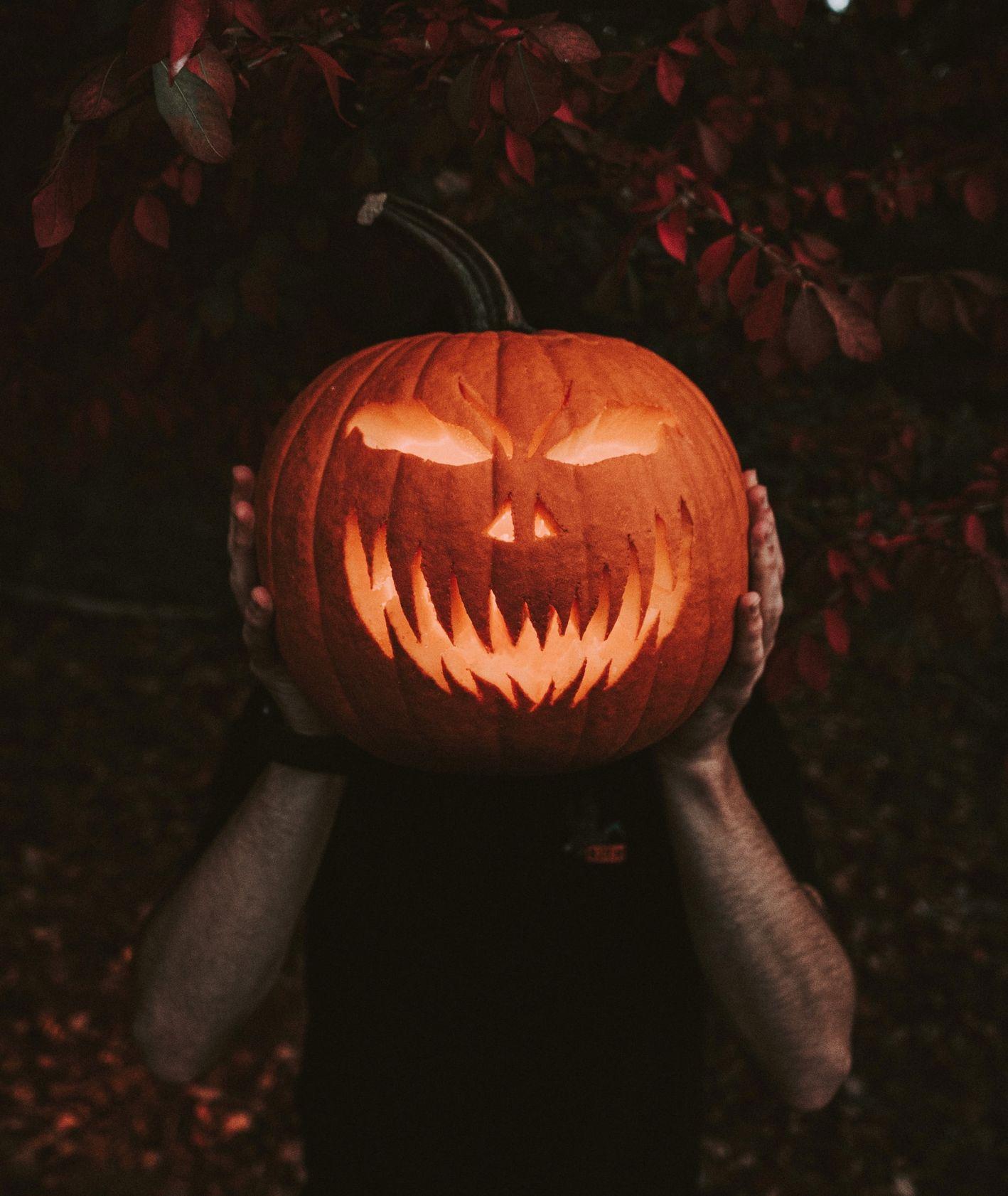 Wydrążona Halloweenowa dynia (fot. Rick Monteiro / unsplash.com)