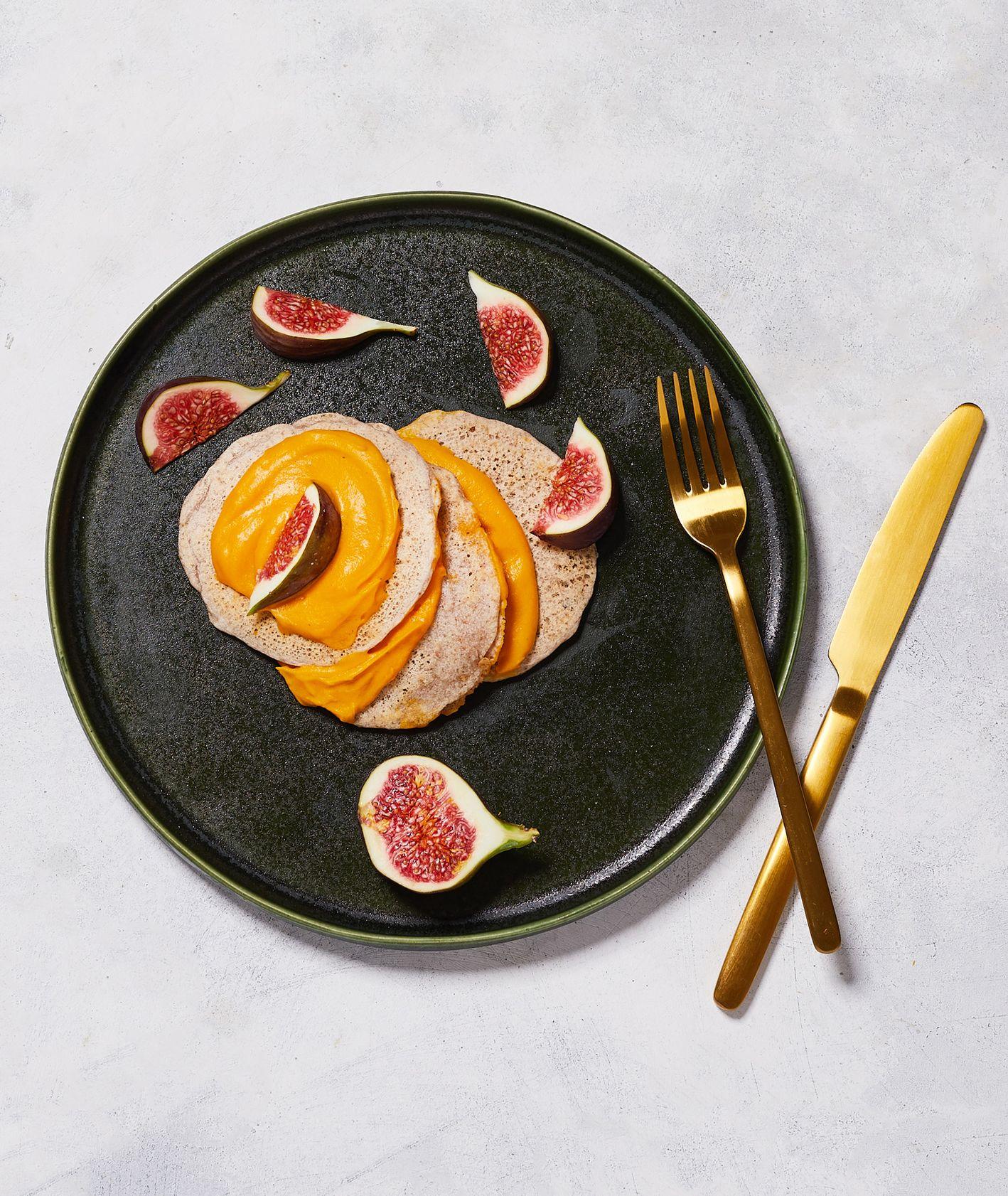 Placuszki gryczane z kremem dyniowym i świeżymi figami na ciemnym talerzu (fot Maciek Niemojewski)