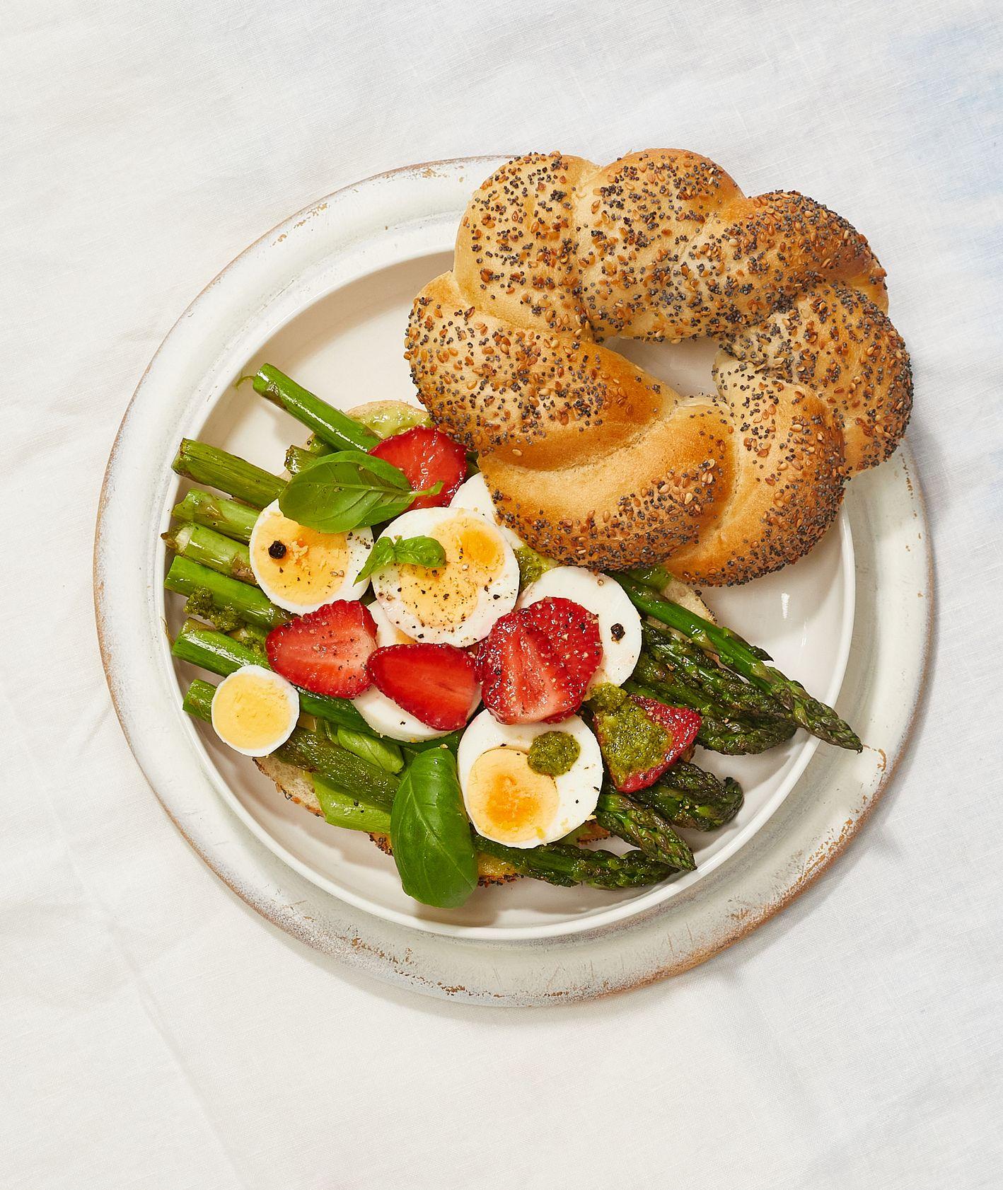 Bajgiel z truskawkami, śniadanie na słono, pomysł na śniadanie z truskawkami (fot. Maciek Niemojewski)