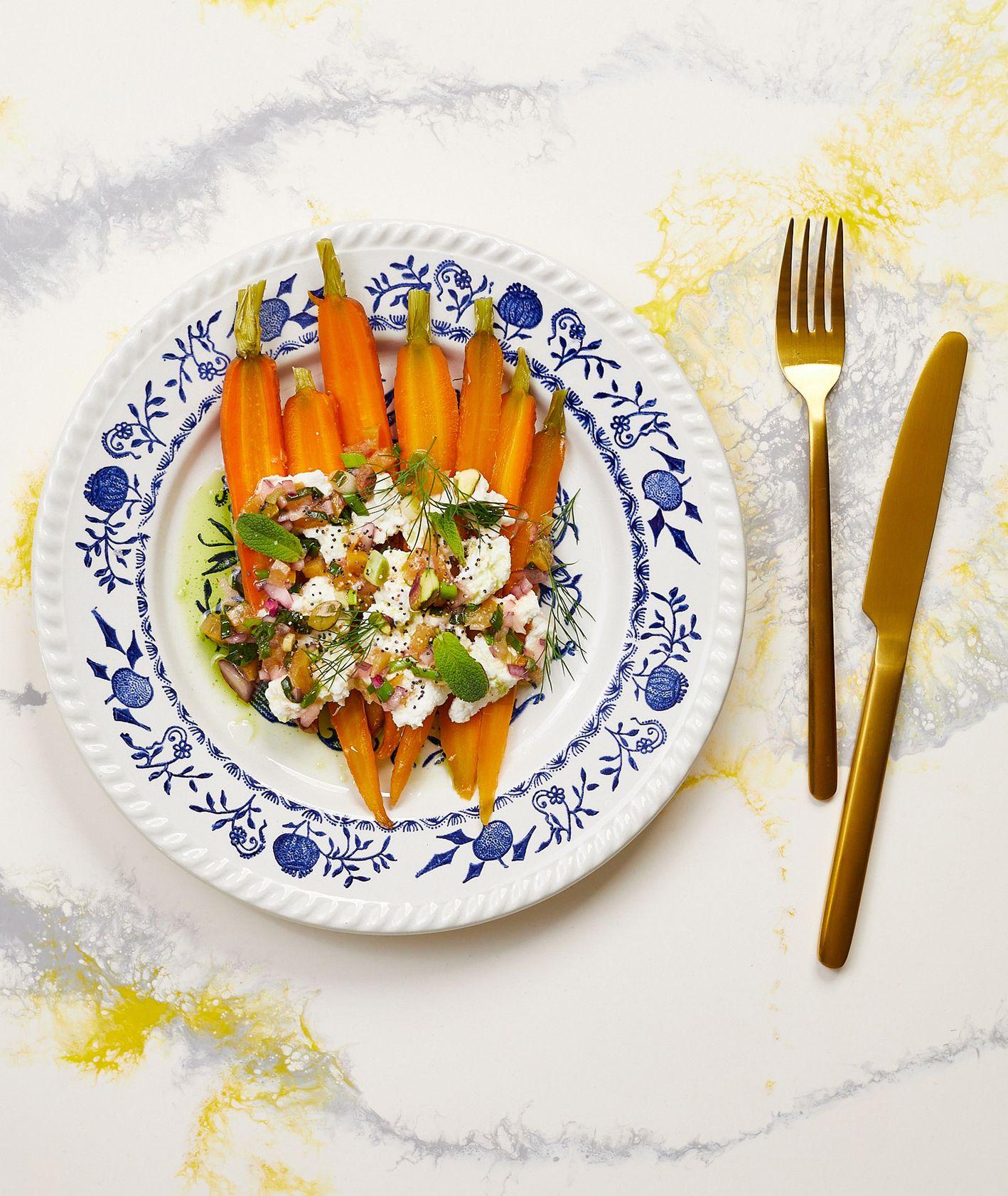 Bibenda. Piklowane kuminowe marchewki z ricottą i salsą z kiszonych cytryn (fot. Maciek Niemojewski)