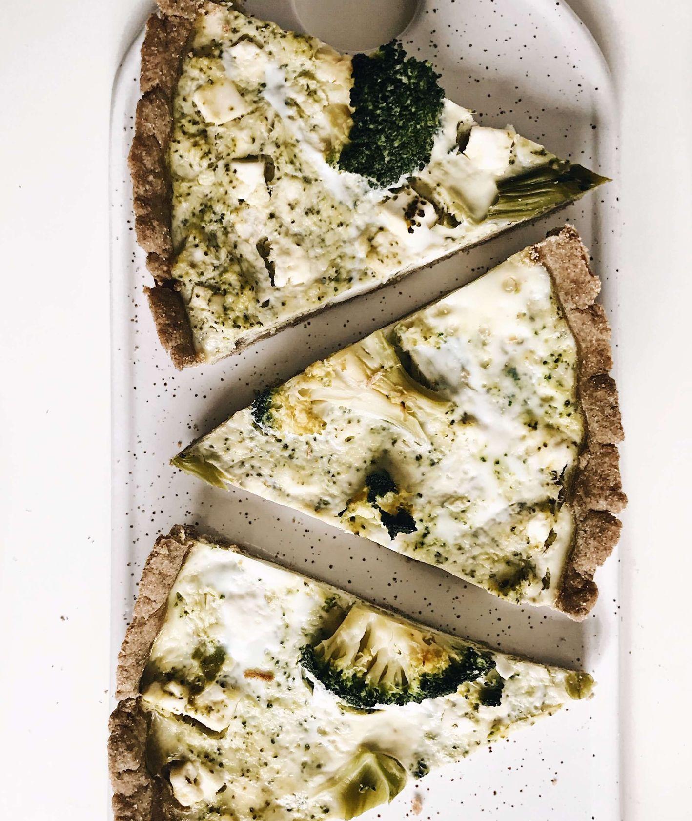 tarta żytnia z brokułami i fetą, tarta z brokułami, zdrowa tarta z brokułami, tarta, kruche ciasto żytnie, prostu obiad, obiad z piekarnika