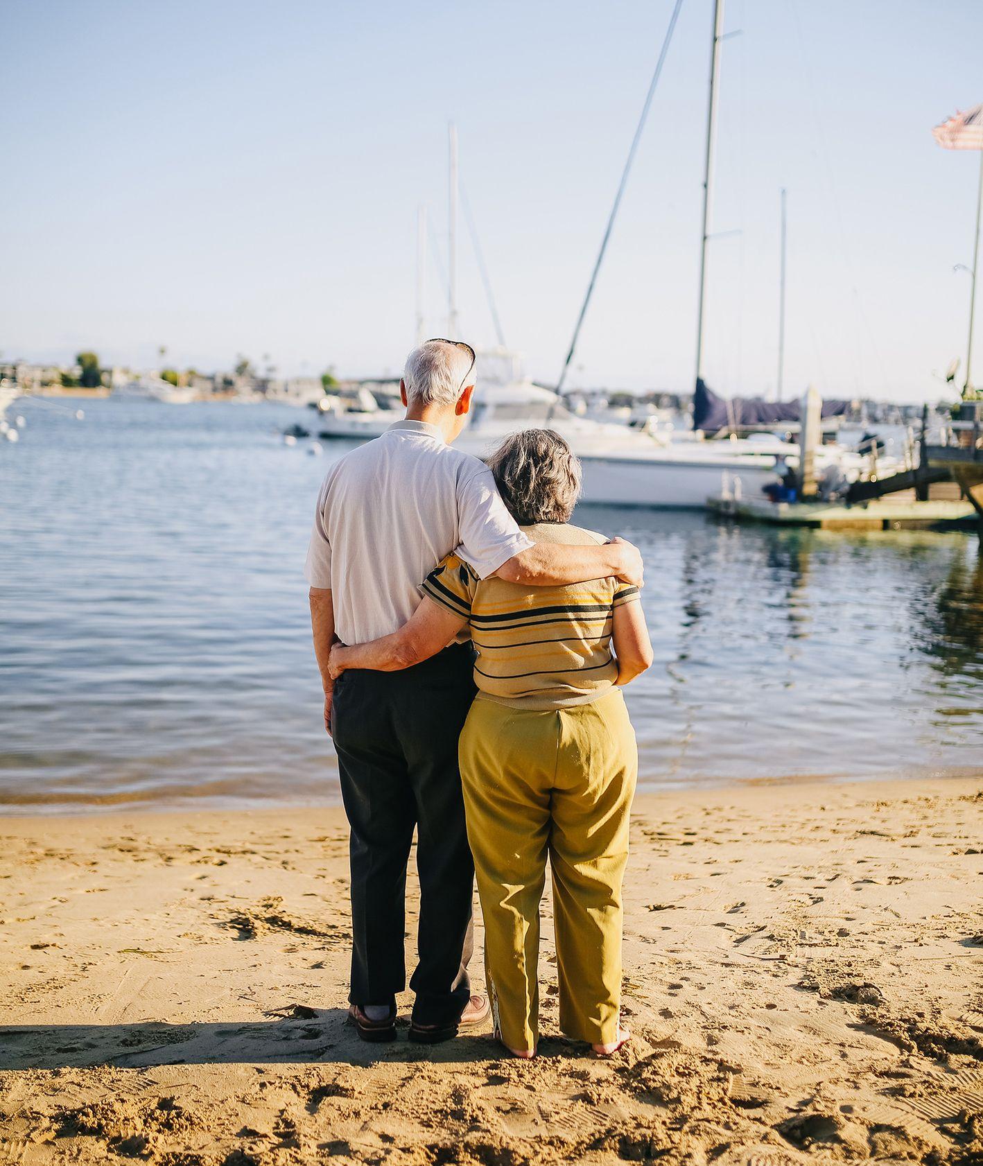 Co robić, by cieszyć się dobrym zdrowiem i długim życiem. Starsza para relaksująca się nad zatoką (fot. Rodnae Productions / pexels.com)