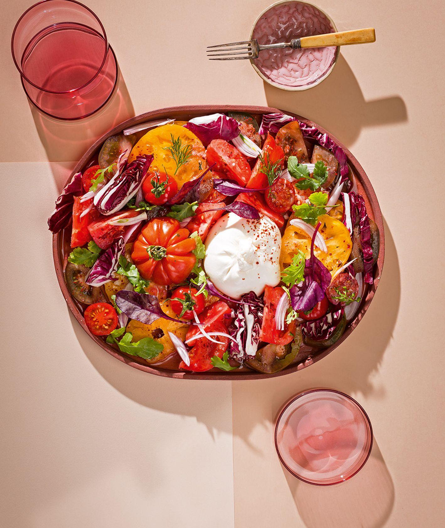 Sałatka z różnych pomidorów z burratą i oliwą (fot. dinnershow.studio)