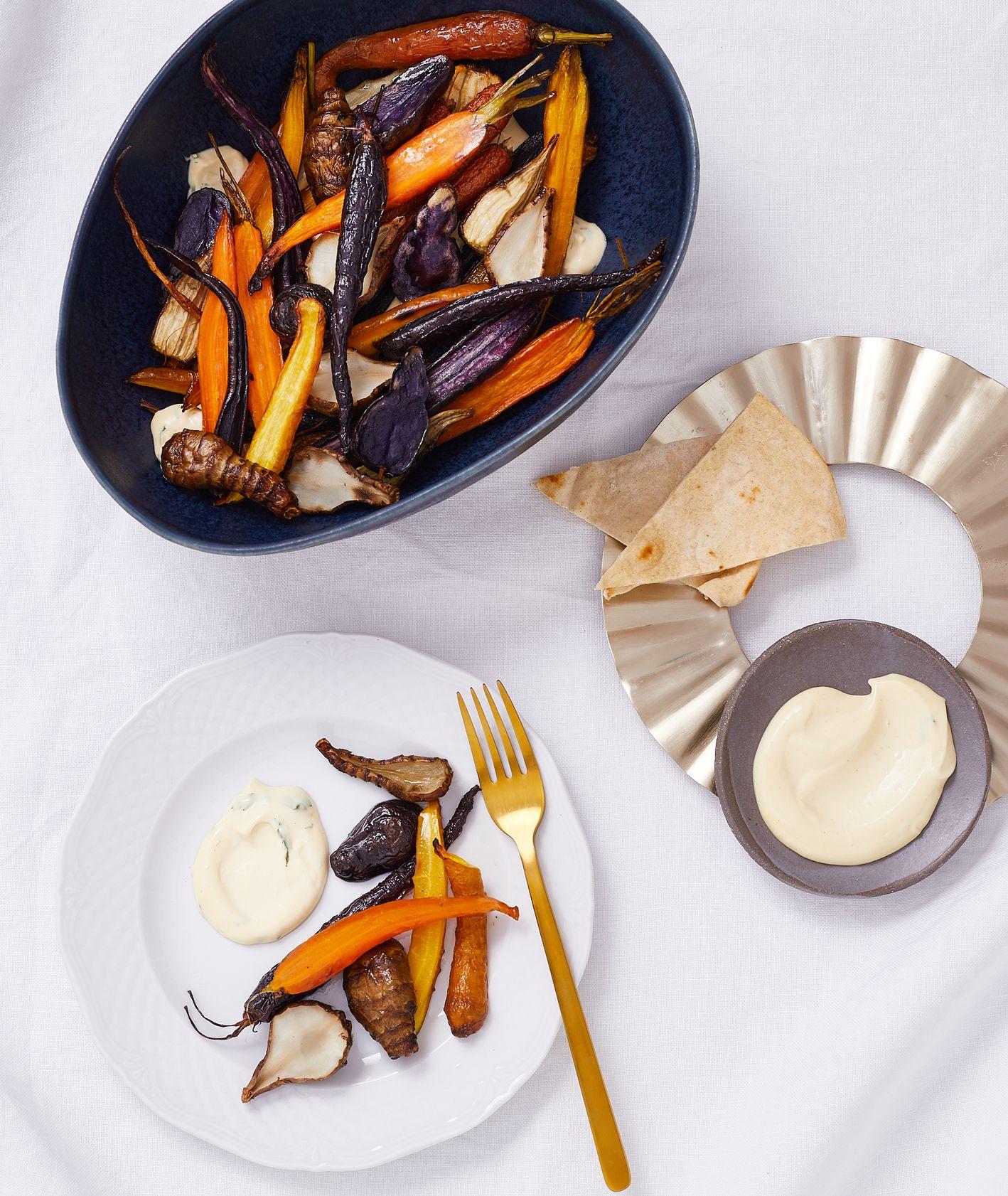 Sałatka jarzynowa z pieczonych warzyw korzeniowych z wegańskim majonezem jałowcowym i płatkami drożdżowymi (fot. Maciek Niemojewski)