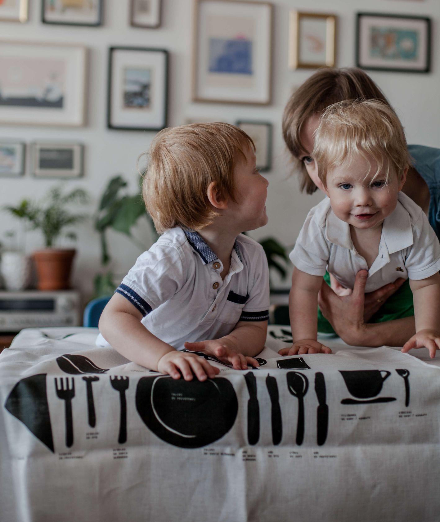 Obrusy marki Obrys – rodzina przy stole