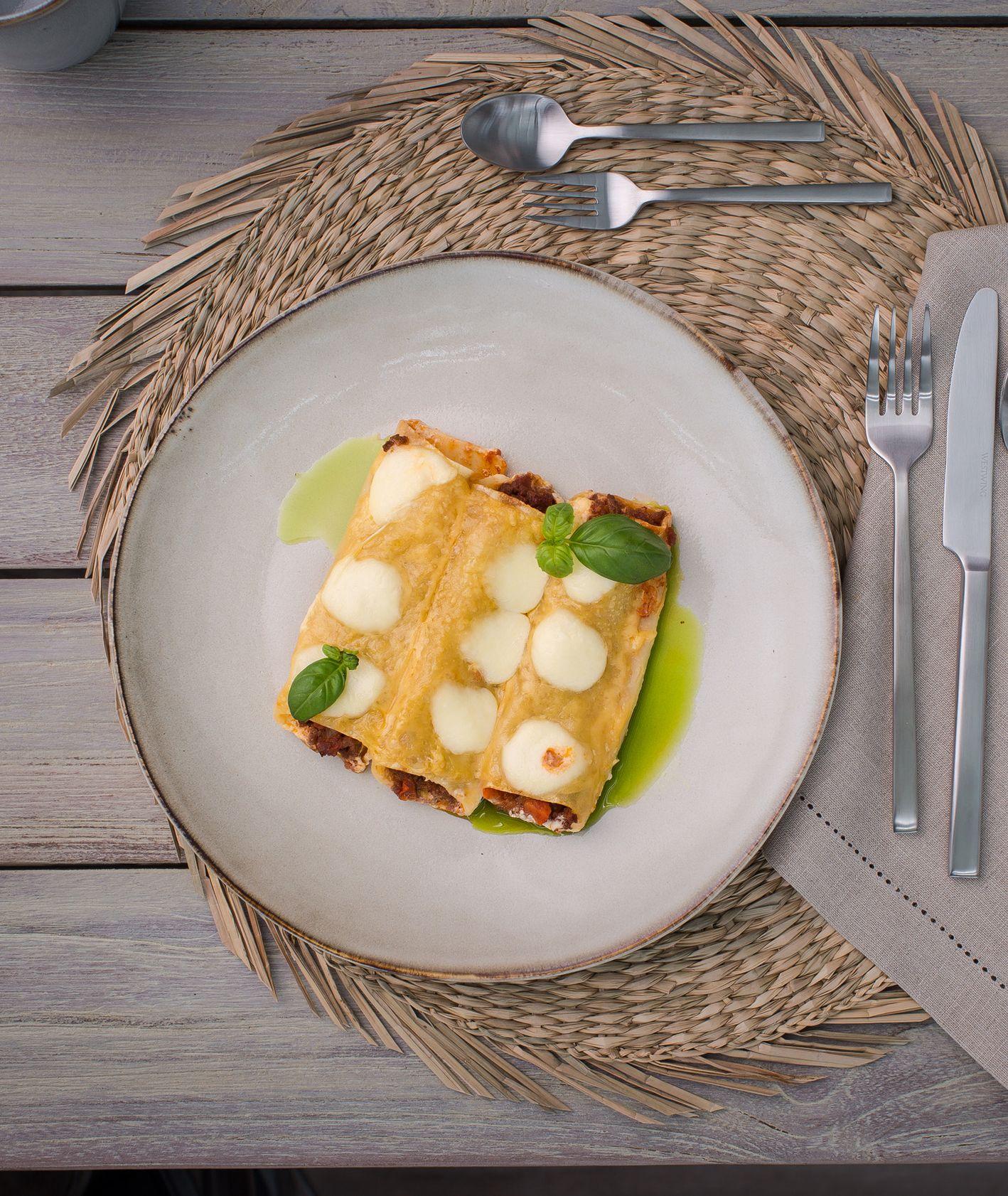 Cannelloni z jagnięcym ragù, mozzarellą, burratą i ze świeżymi ziołami. Westwing (for. dinnershow.studio)