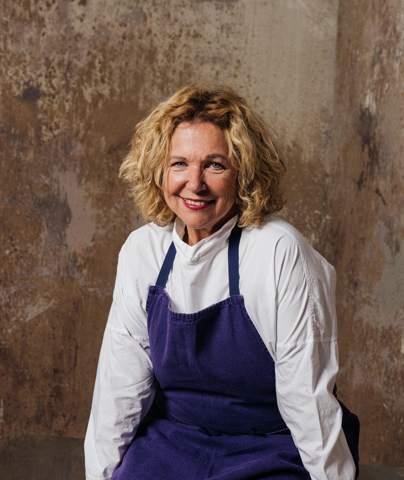 Portret Hayi Molcho, właścicielki restauracji NANI, Haya Molcho w białej bluzce i granatowym kuchennym fartuchu