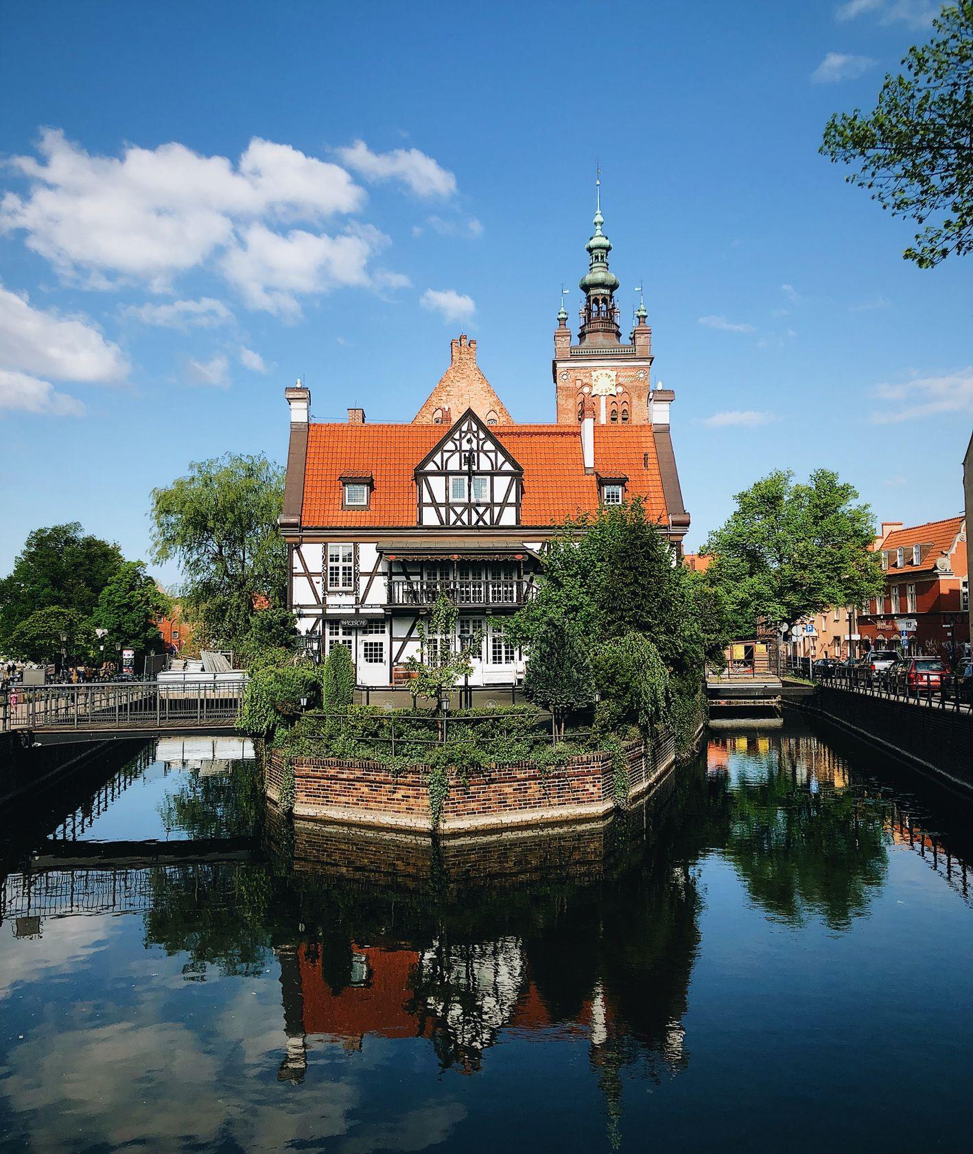 Dom nad kanałem w Gdańsku (fot. Vitaliy Zamedyanskiy / unsplash.com)