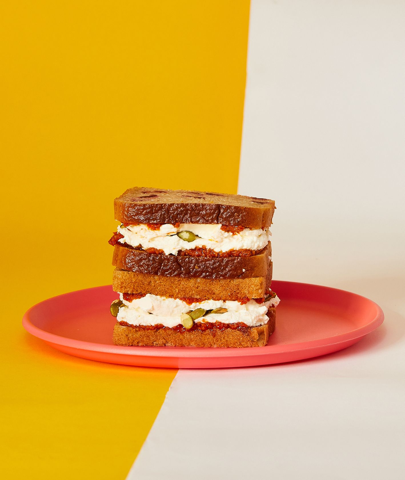 Przepisy na drugie śniadanie do szkoły. Żytnia kanapka z pesto z suszonych pomidorów (fot. Maciej Niemojewski)