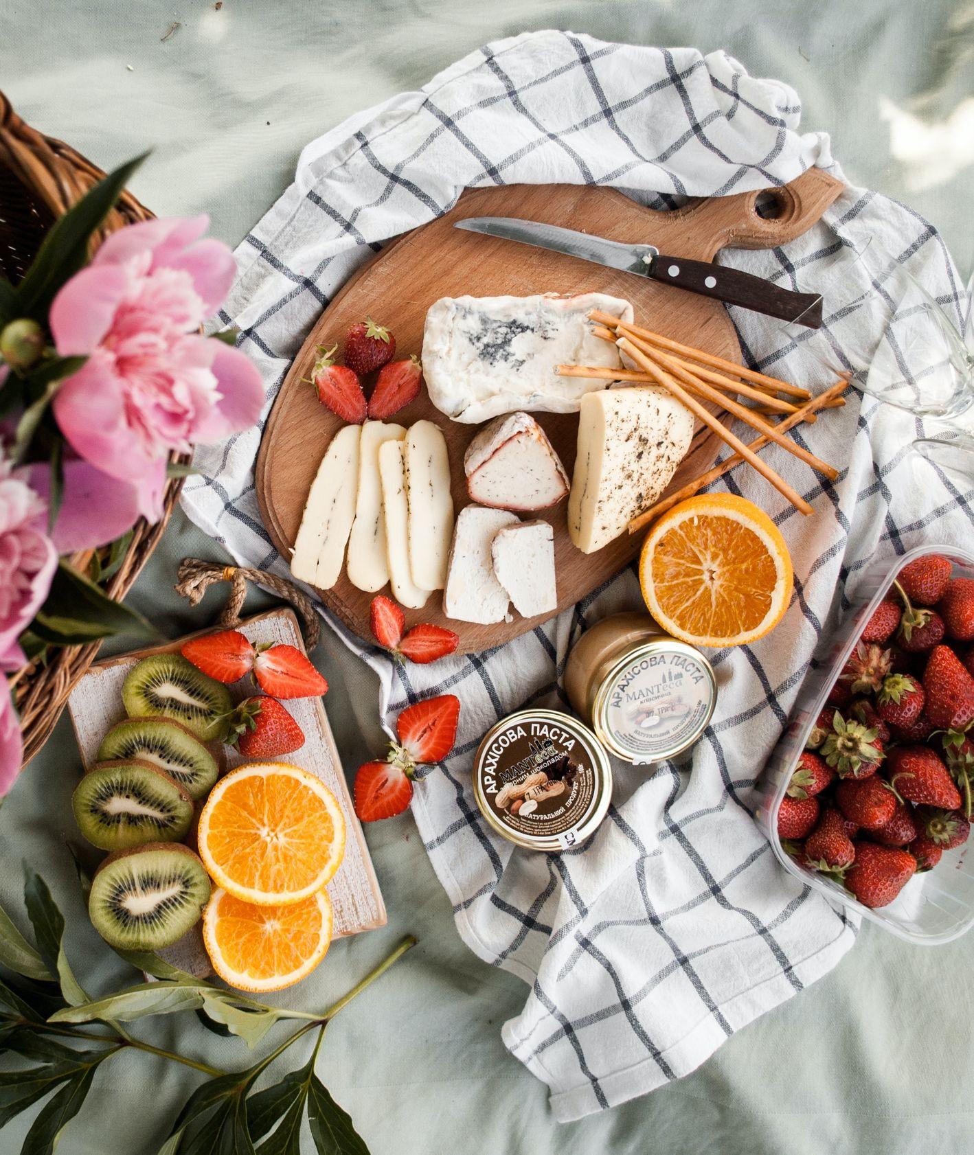 Sery, owoce, kwiaty na desce i ściereczce (fot. Kate Hliznitsova / unsplash.com)