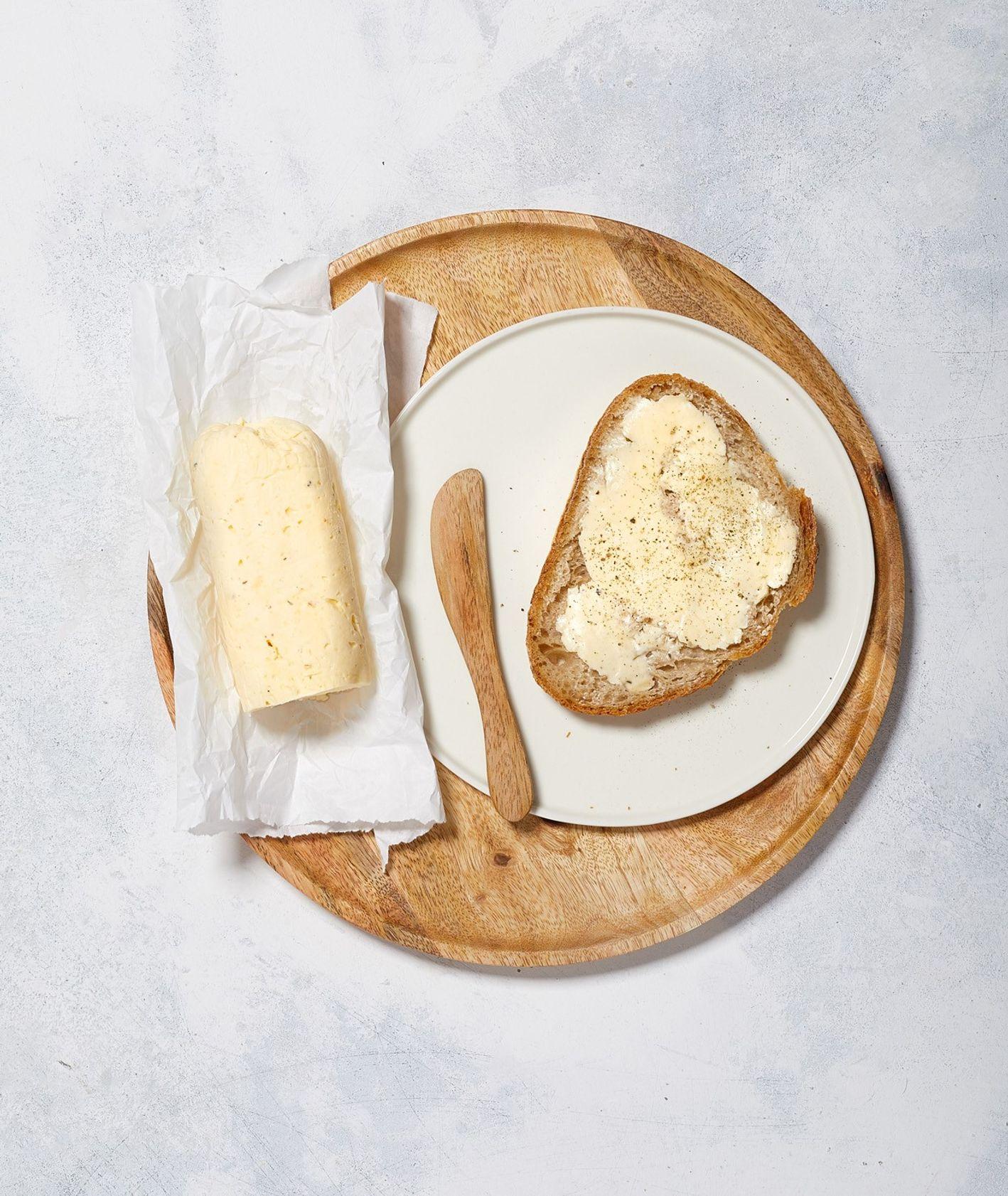 Klasyczne masło solone z gruboziarnistą solą morską i ze świeżo mielonym czarnym pieprzem