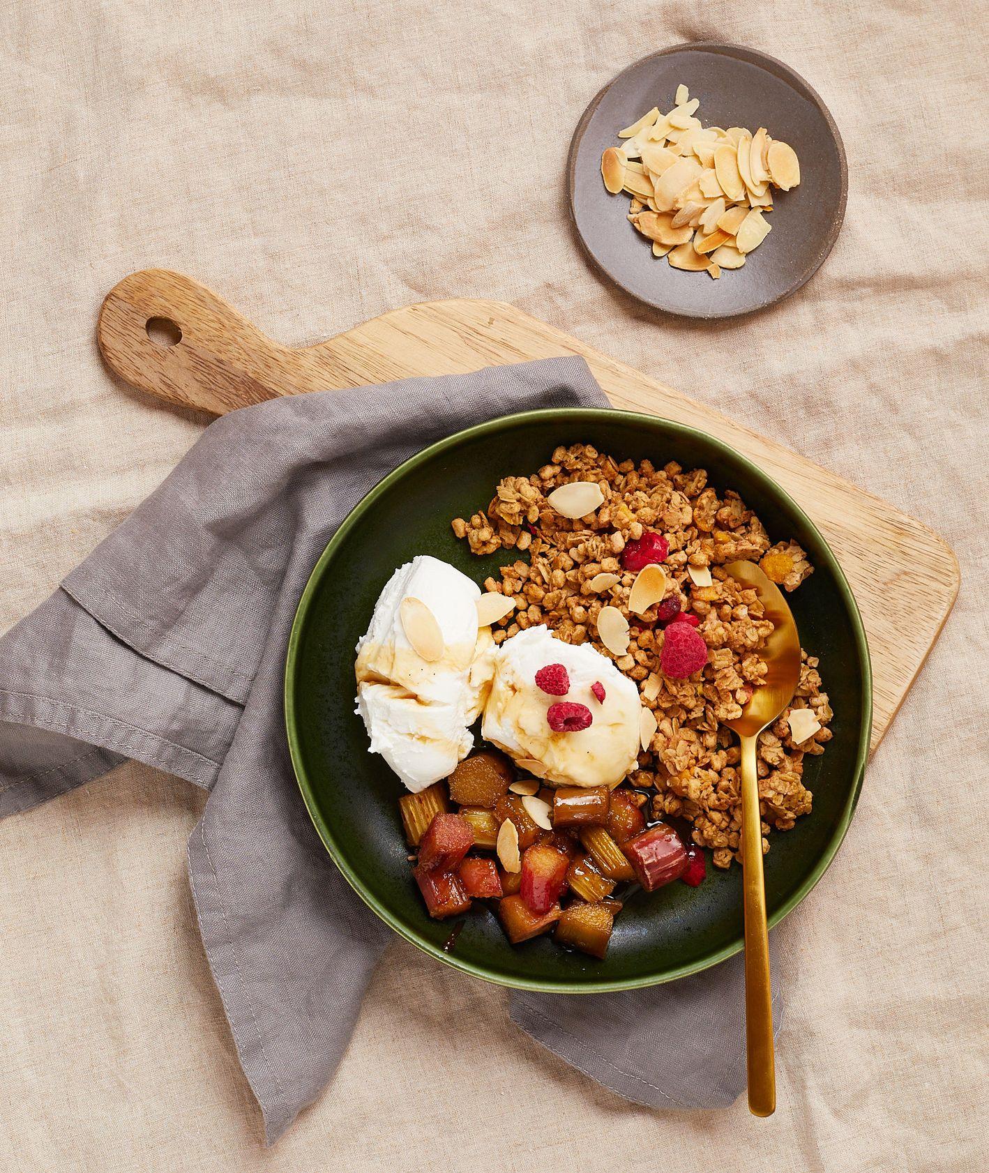 Jogurt zgranolą i rabarbarem zpatelni, szybkie i smaczne śniadanie, Targ Kręgliccy (fot. Maciek Niemojewski)