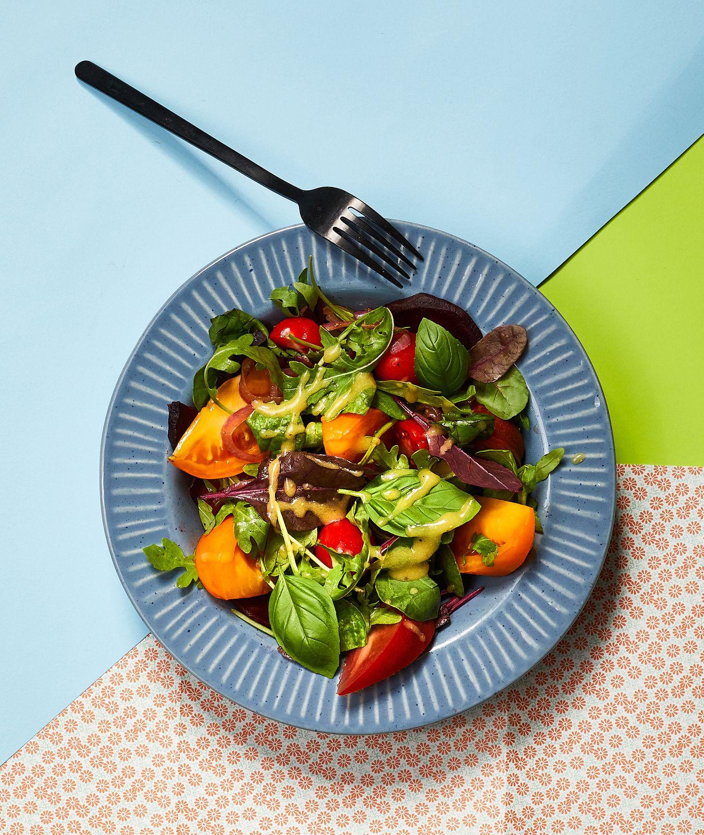 Jak zrobić sałatkę z pomidorów z pieczonym burakiem, pomysł na sałatkę dla dziecka, zdrowa jesienna sałatka (fot. Maciej Niemojewski)