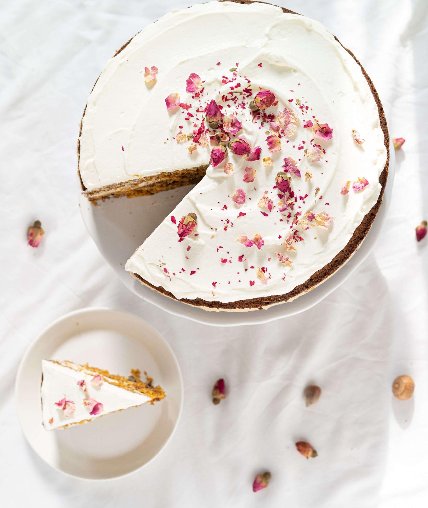 Korzenny tort dyniowy z kremem orzechowym - Ciasto dyniowe z kremem orzechowym przystrojone płatkami róży (fot. Martyna Cybuch)
