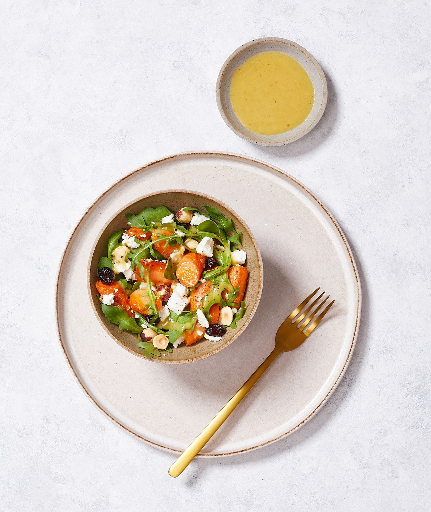 Zimowe sałąty. Sałatka z pieczonej marchewki w marynacie imbirowej z kozim serem i orzechami laskowymi (fot. Maciek Niemojewski)