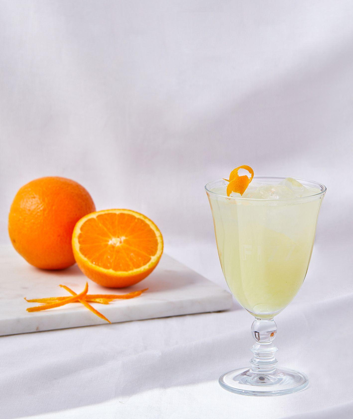 Koktajl Cointreau Fizz ze skórką pomarańczy