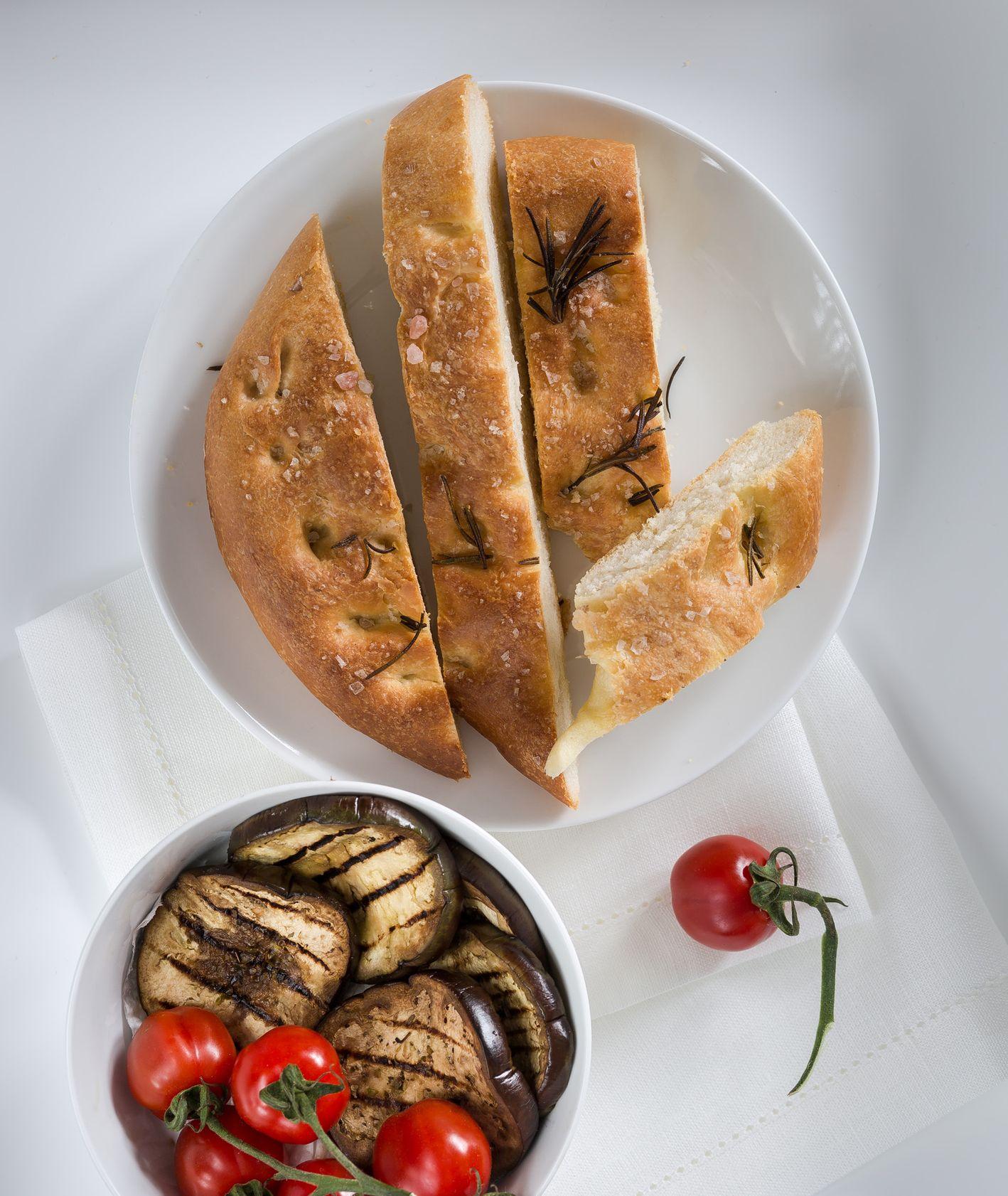Pieczony bakłażan w oregano i Domowa focaccia z rozmarynem. Westwing (fot. dinnershow.studio)