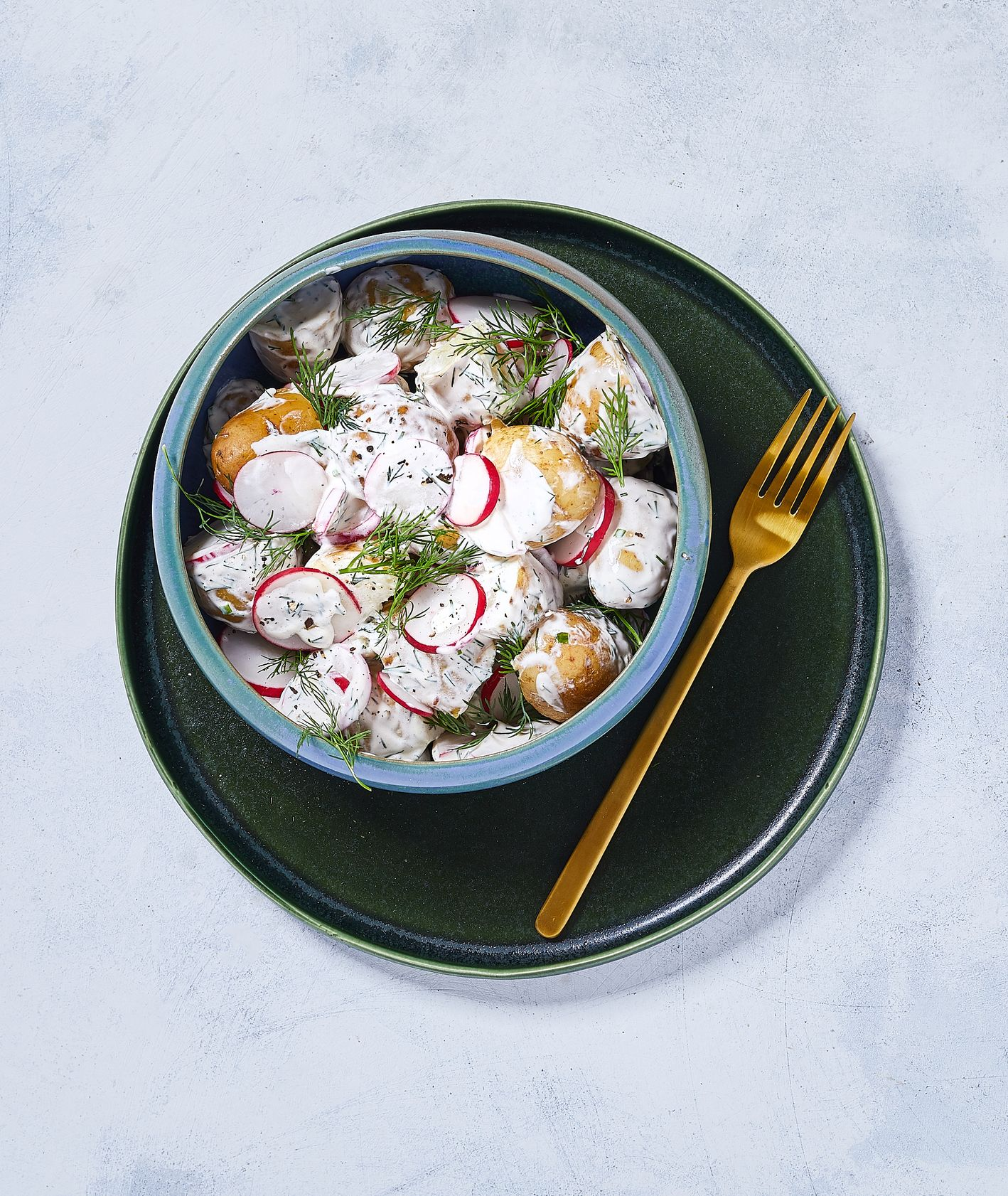 Sałatka z młodych ziemniaków i rzodkiewki polana gęstym sosem majonezowo-jogurtowym z koperkiem, sezonówki rzodkiewka