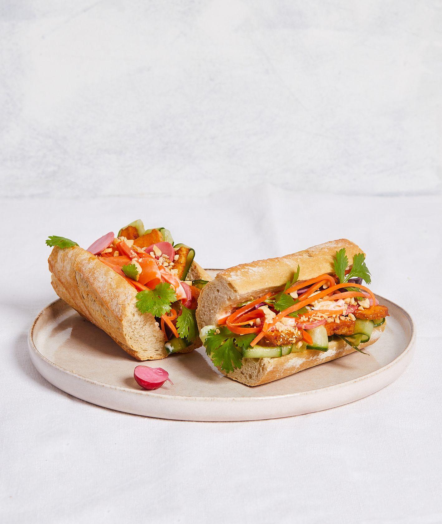 Azjatycka kanapka z marynowanym tofu, piklami warzywnymi i kolendrą (fot. Maciek Niemojewski)