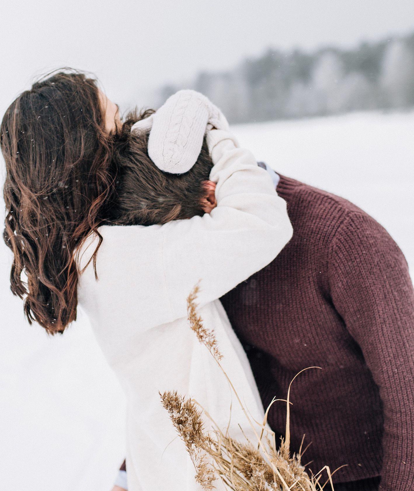 Zakochana para w zimowym krajobrazie (fot. Daria Shevtsova / pexels.com)