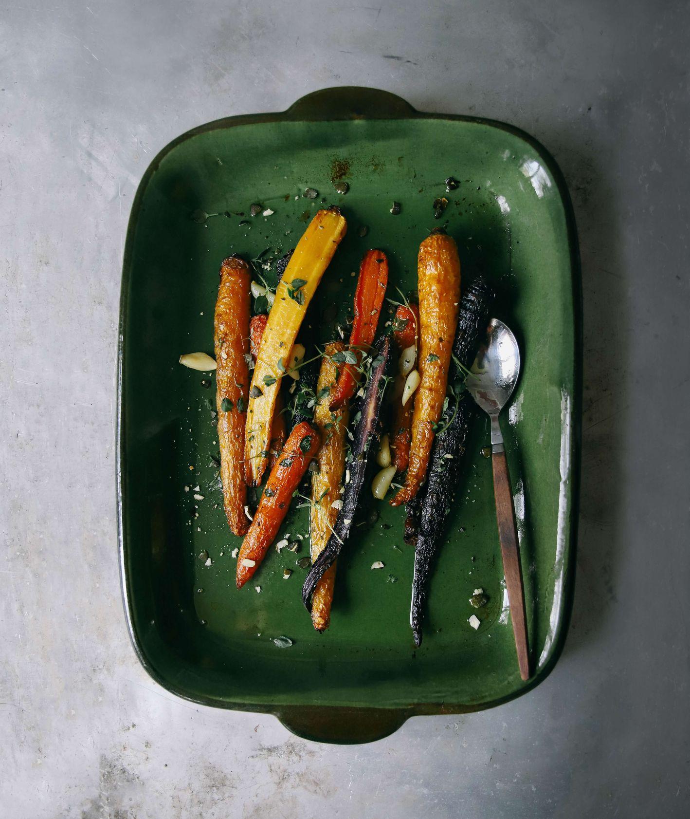 Pieczone warzywa korzeniowe na zielonym naczyniu żaroodpornym (fot. Matilda Bellman / unsplash.com)