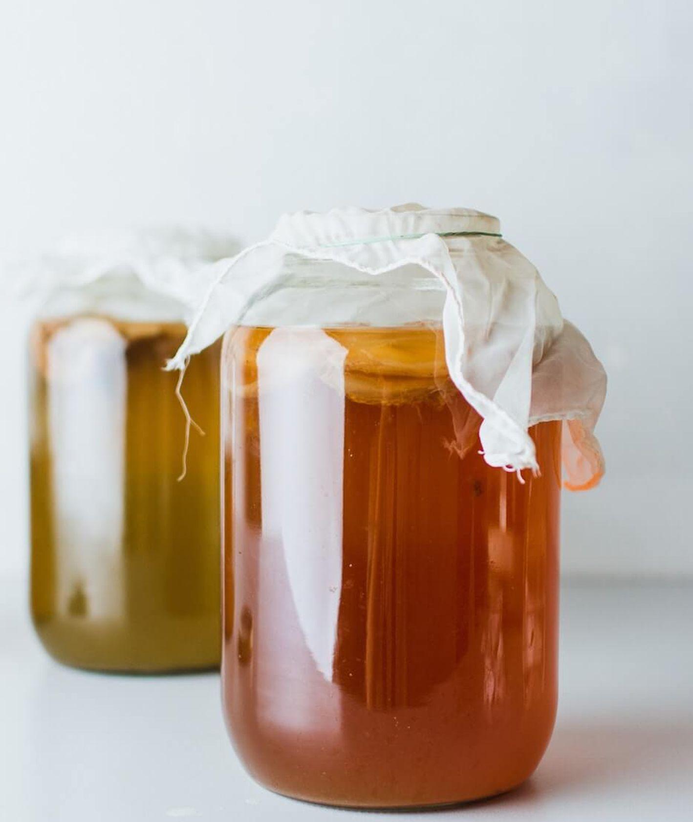 Słoiki z kombuchą, fermentowaną herbatą (fot. Klara Avsenik / unsplash.com)
