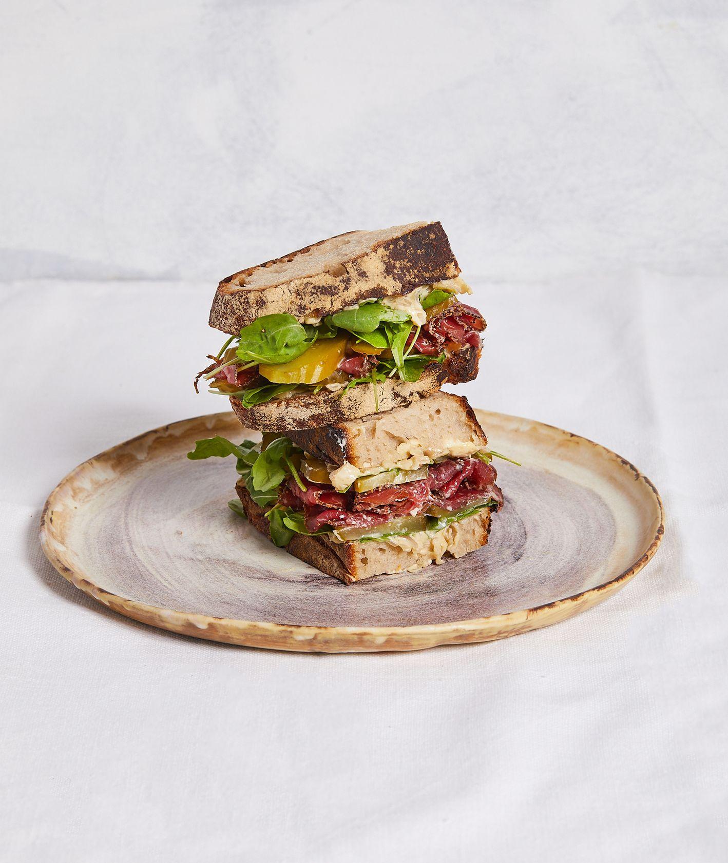 Piętrowa kanapka na świeżym pieczywie z ogórkiem, pastrami i sosem cebulowym (fot. Maciek Niemojewski)