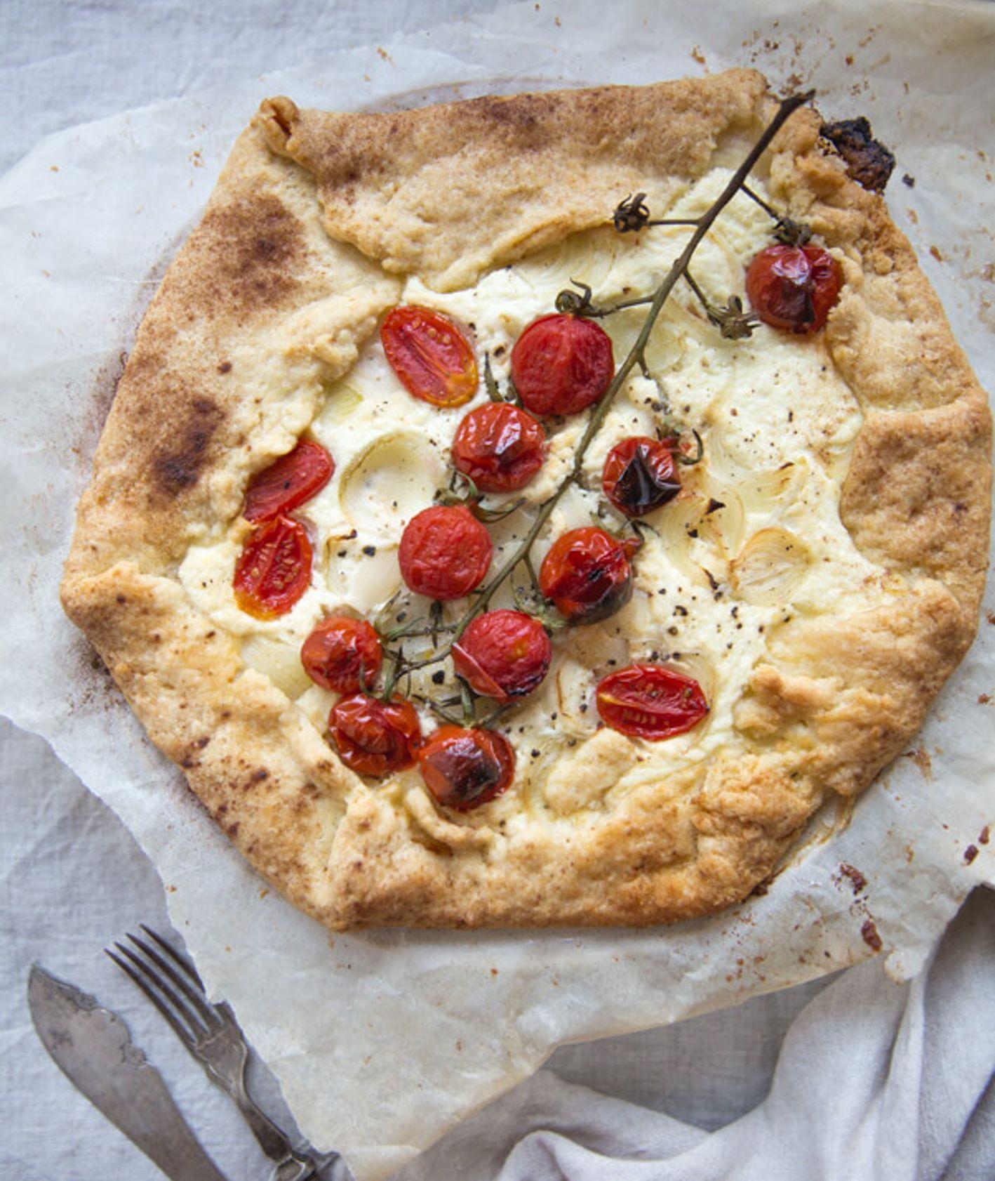 Pomysł na pomidory z piekarnika - tarta z pomidorami i serem (fot. Sylwia Wyrwicka)