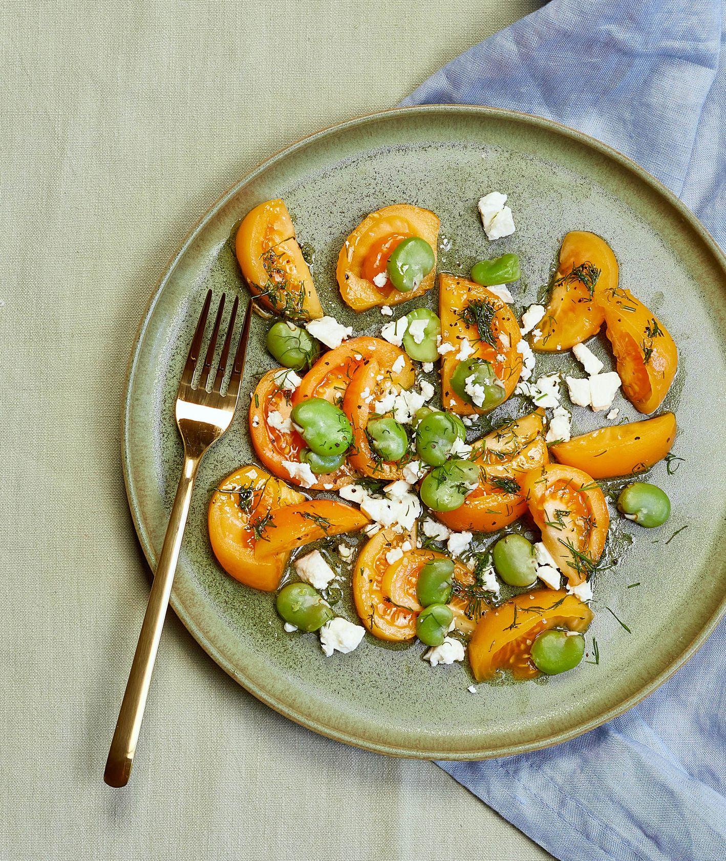 Prosty przepis na sałatkę z żółtych pomidorów, fety i bobu (fot. Maciej Niemojewski)