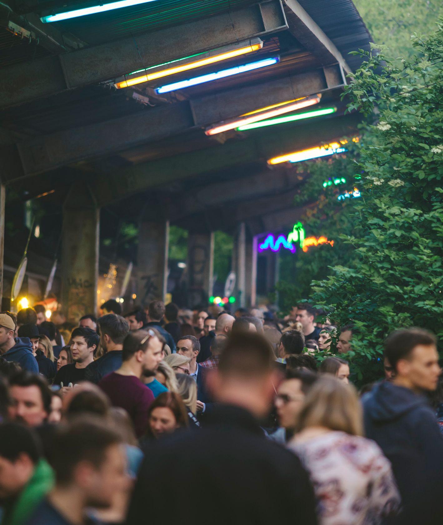 Warszawa Główna, na której odbywa się Nocny Market, tłum ludzi