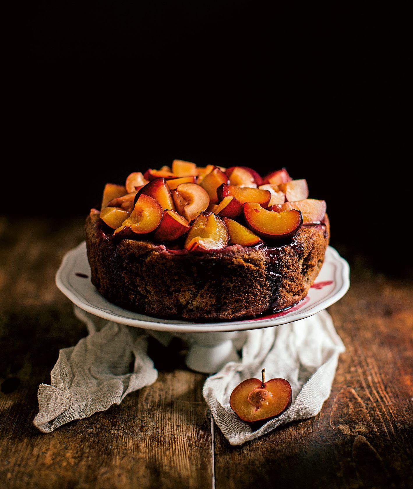Czekoladowe ciasto ze śliwkami w czerwonym winie (fot.