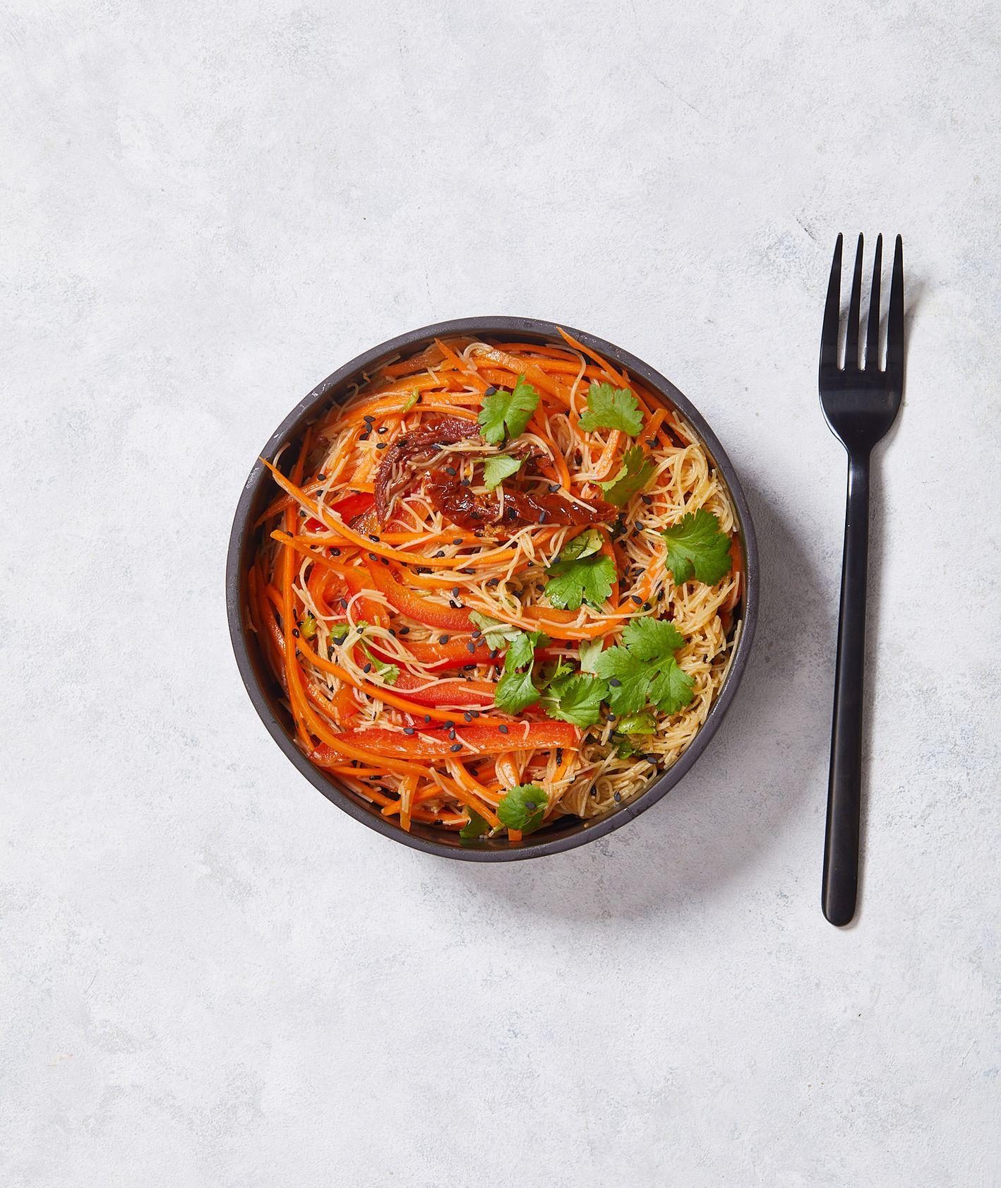 Zimowe sałaty. Sałatka z marchewki i makaronu ryżowego (fot. Maciek Niemojewski)