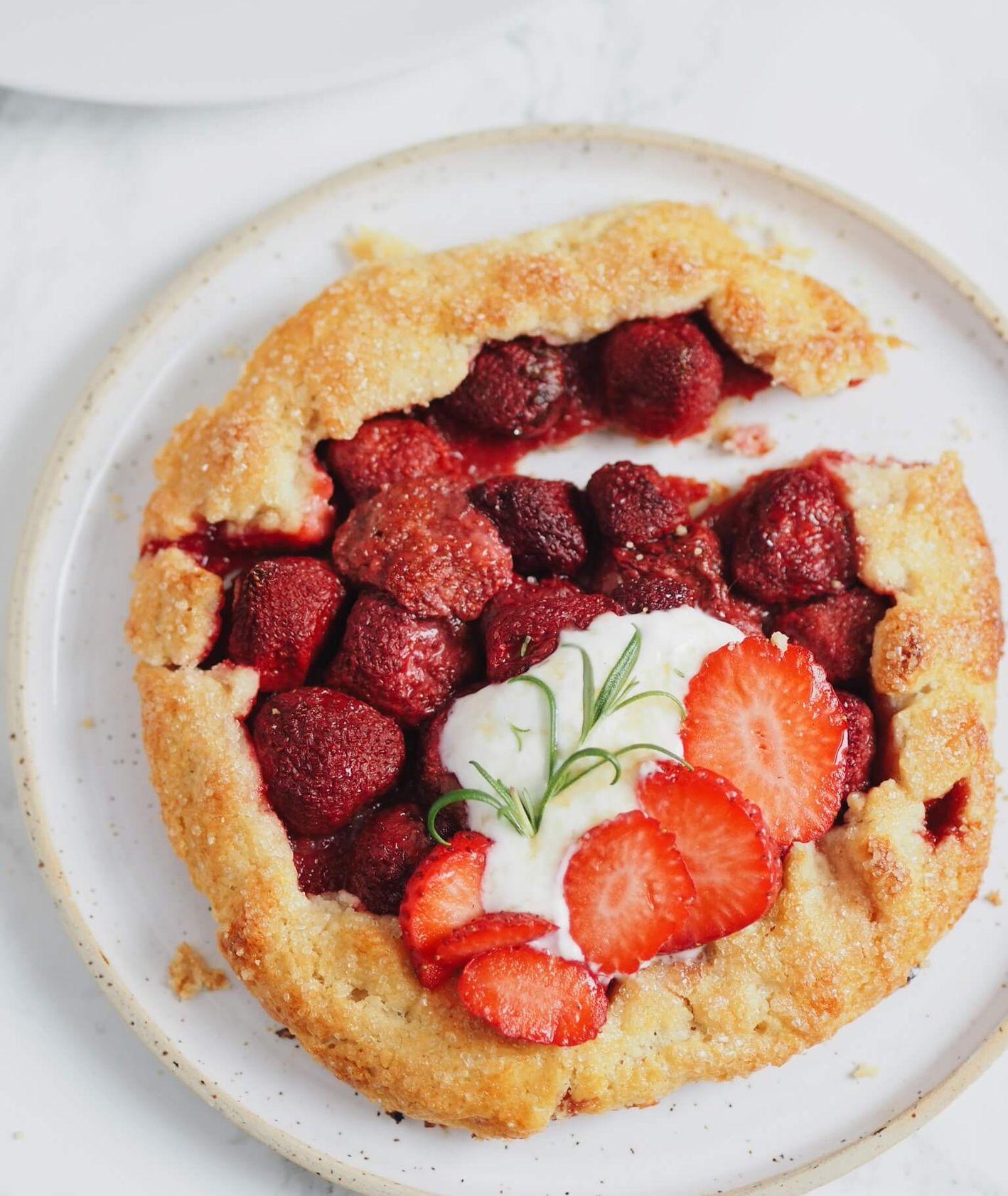 migdałowa tarta galette z truskawkami, ciasto z truskawkami, przepis Jagłowska, kruche ciasto, ciasto z migdałami
