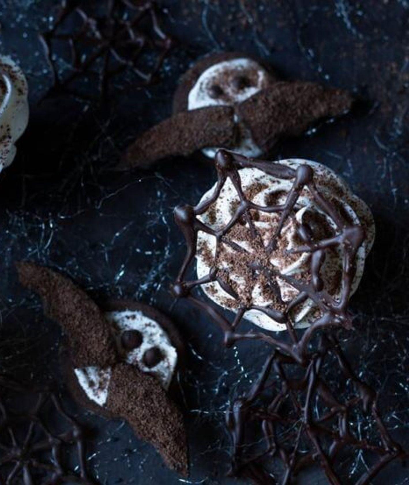 Przekąski na Halloween, mroczne muffiny z czekoladową pajęczyną, muffinezja.pl