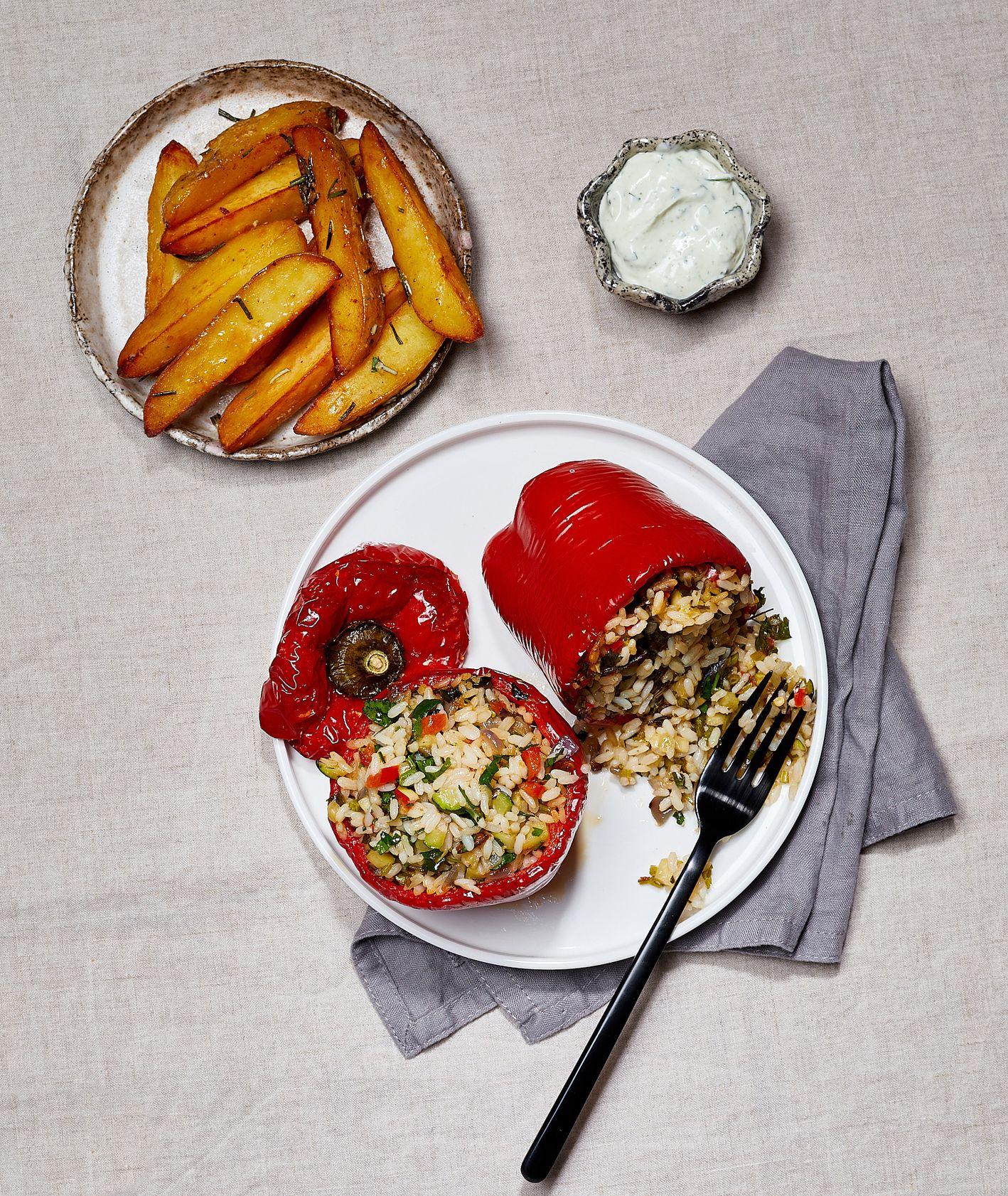 Papryka nadziewana ryżem z warzywami z sosem ziołowym i ziemniakami konfitowanymi . Wermut. (fot. Maciek Niemojewski)