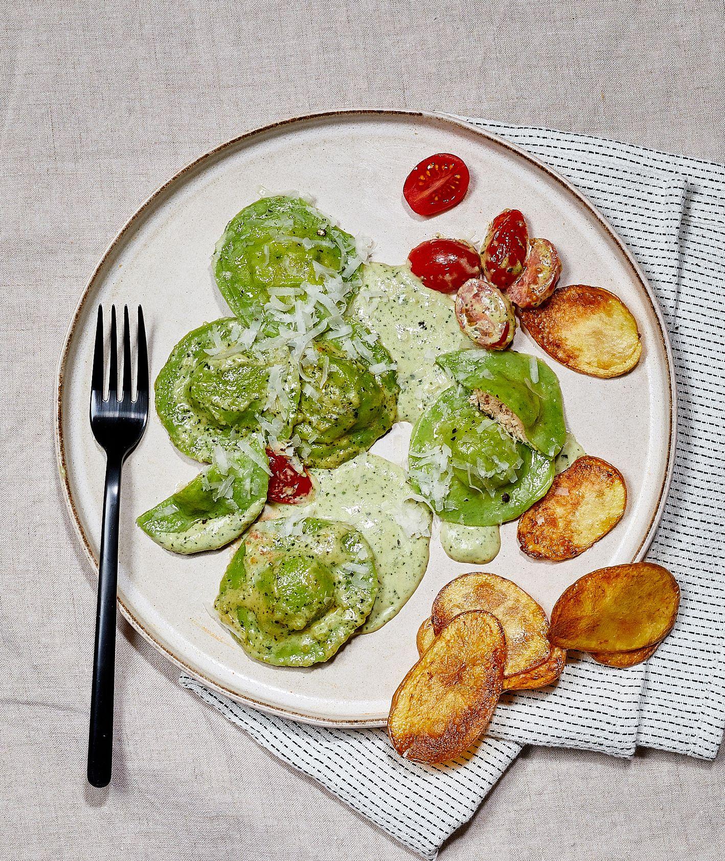 Ravioli szpinakowe z kurczakiem, sosem pesto z pomidorkami i chipsami z topinamburu. Wermut. (fot. Maciek Niemojewski)