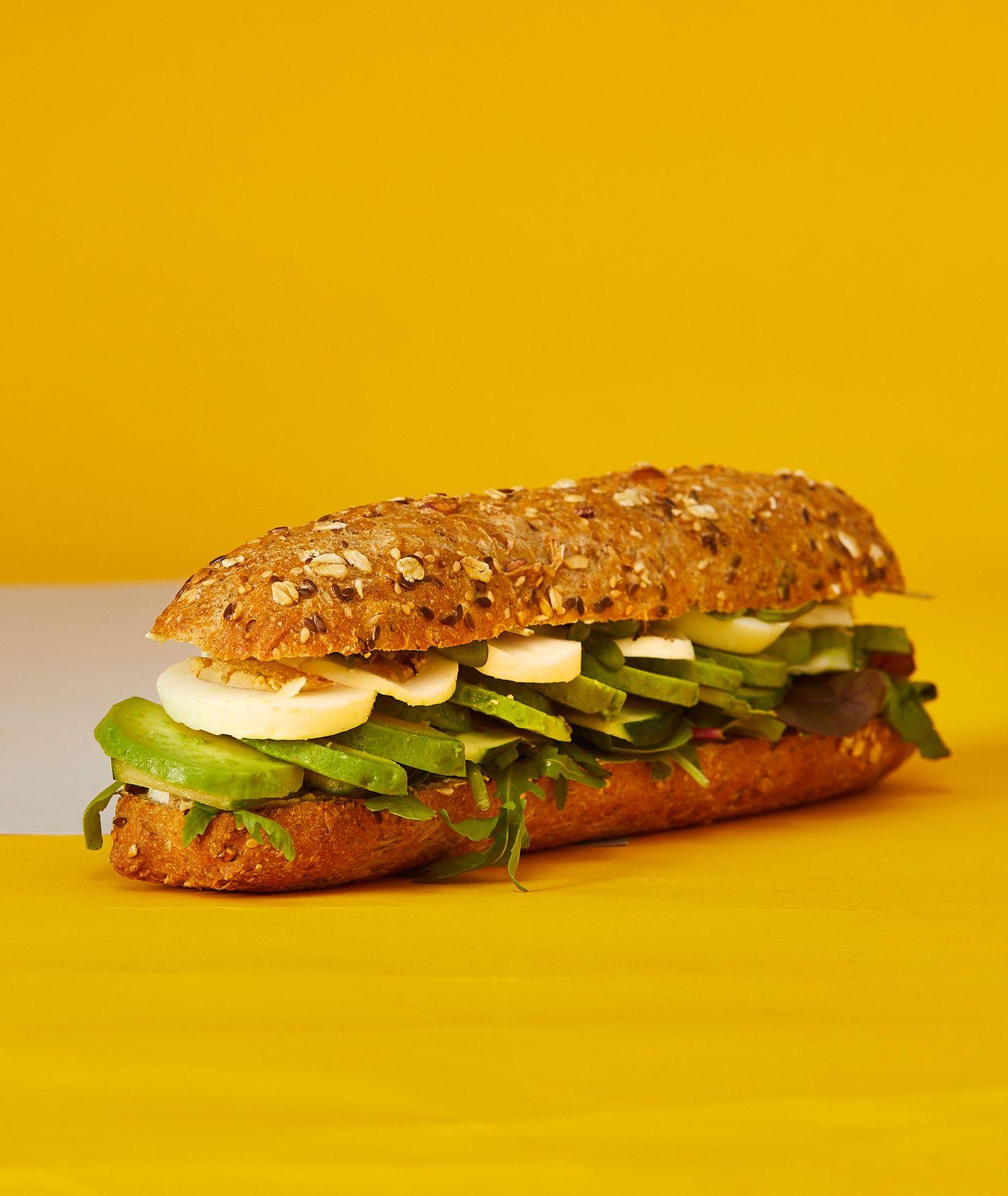 Przepisy na proste dania do szkoły – zielona kanapka z pełnoziarnistą bagietką (fot. Maciej Niemojewski)