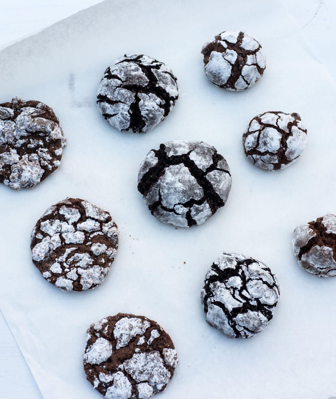 Otulone cukrem czekoladowe kruche ciasteczka smakują najlepiej z kawą lub herbatą (fot. Zuza Rożek)