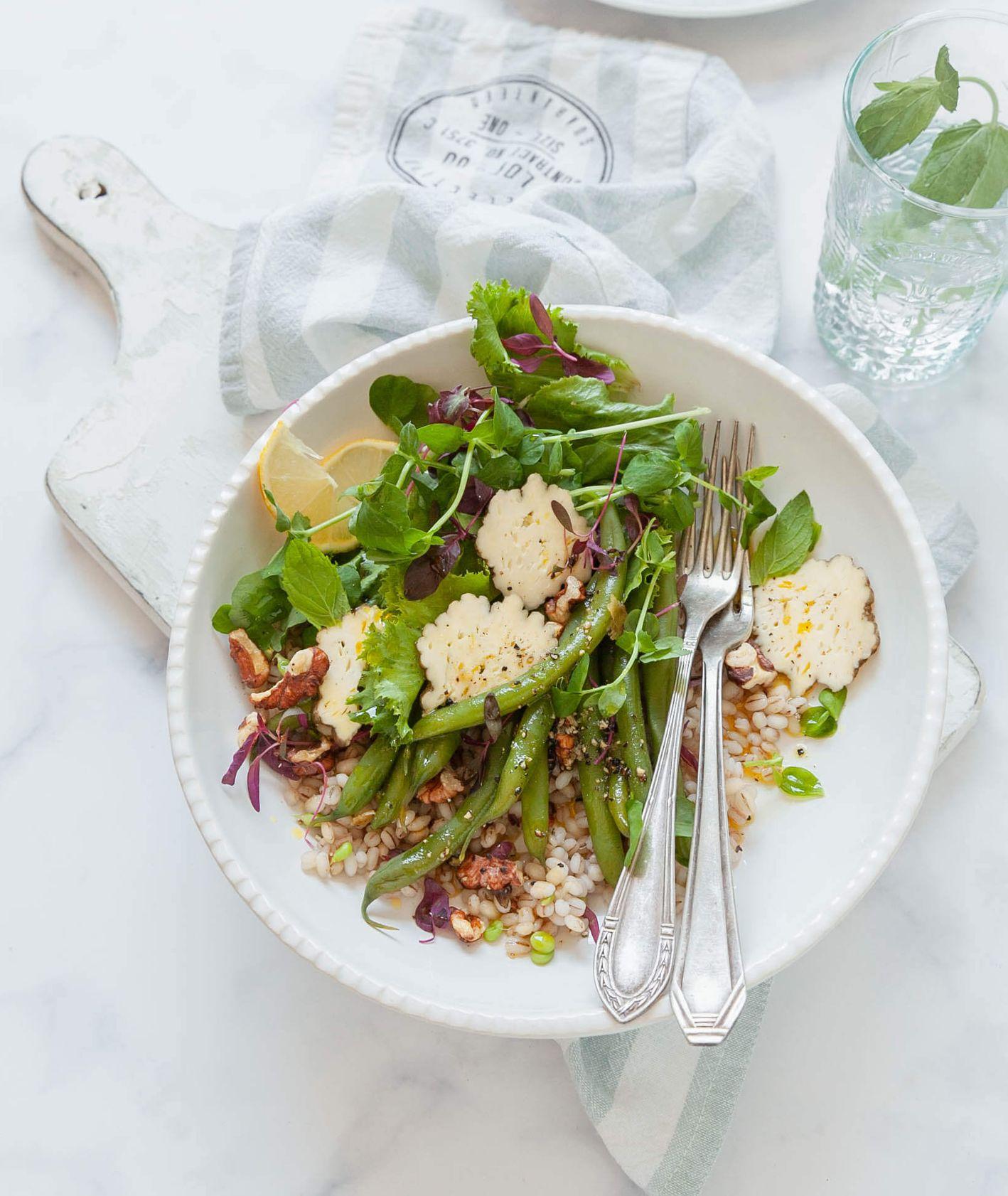 Ekspresowawa, sycąca sałatka do lunchboxu - sałatka z pęczaku, fasolki szparagowej i wędzonego sera - PRZEPIS na sałatkę z fasolką (fot. Kinga Ciszewska / Małe kulinaria)