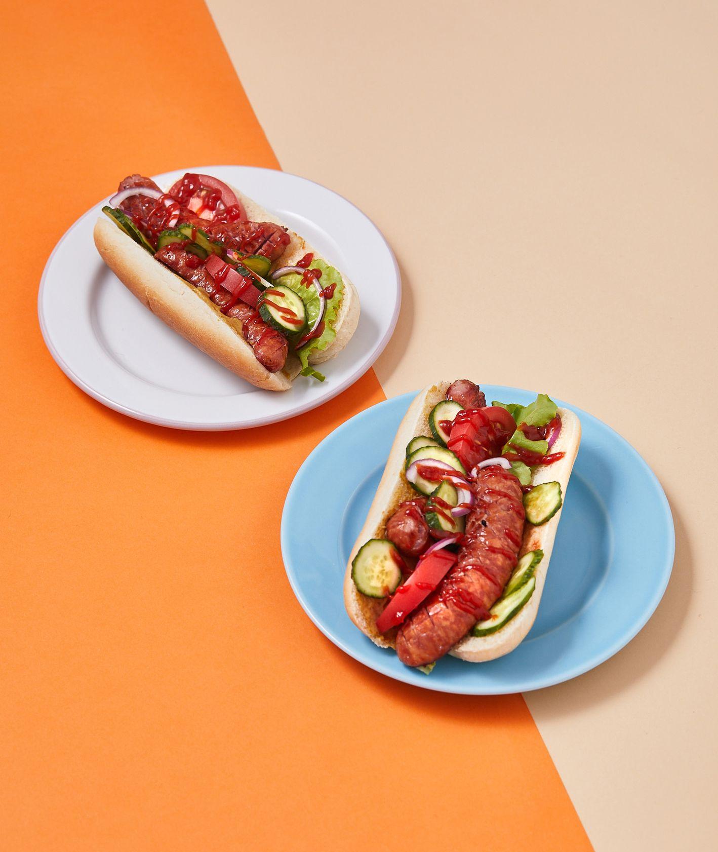 Polski hot dog z kiełbasą i świeżymi warzywami (fot. Maciek Niemojewski)