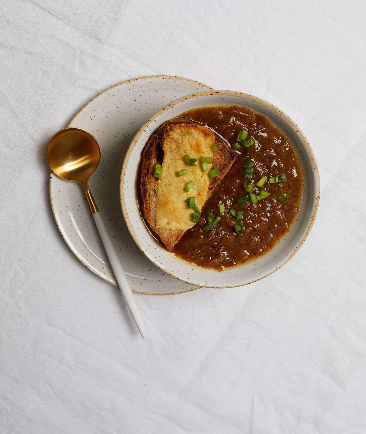 francuska zupa cebulowa, zupa cebulowa, grzanka z serem, co do zupy, dodatki do zupy, kuchnia francuska