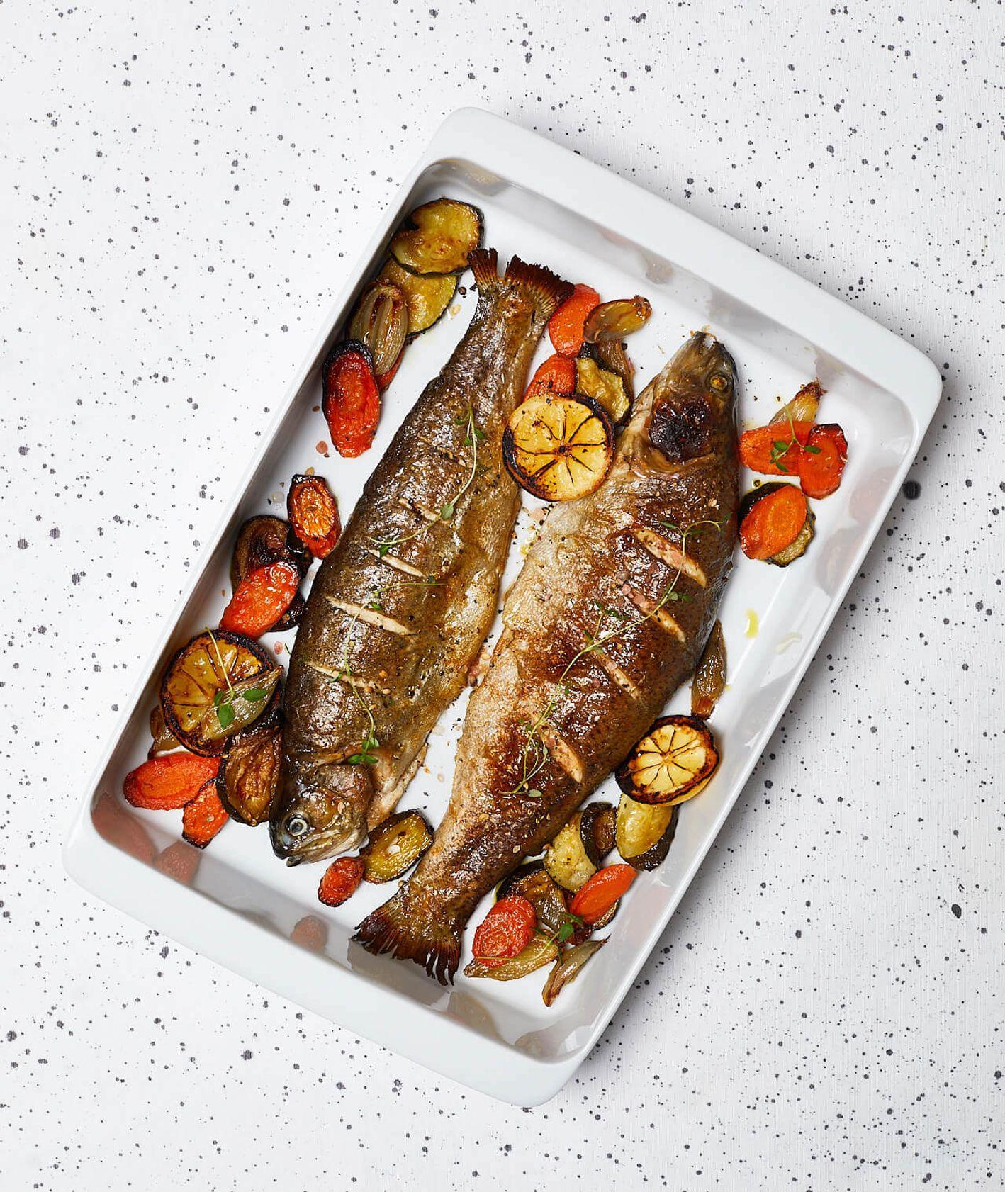 pieczony pstrąg z warzywami, pieczony pstrąg, ryba z warzywami, pstrąg w całości, jak upiec rybę, pieczone warzywa