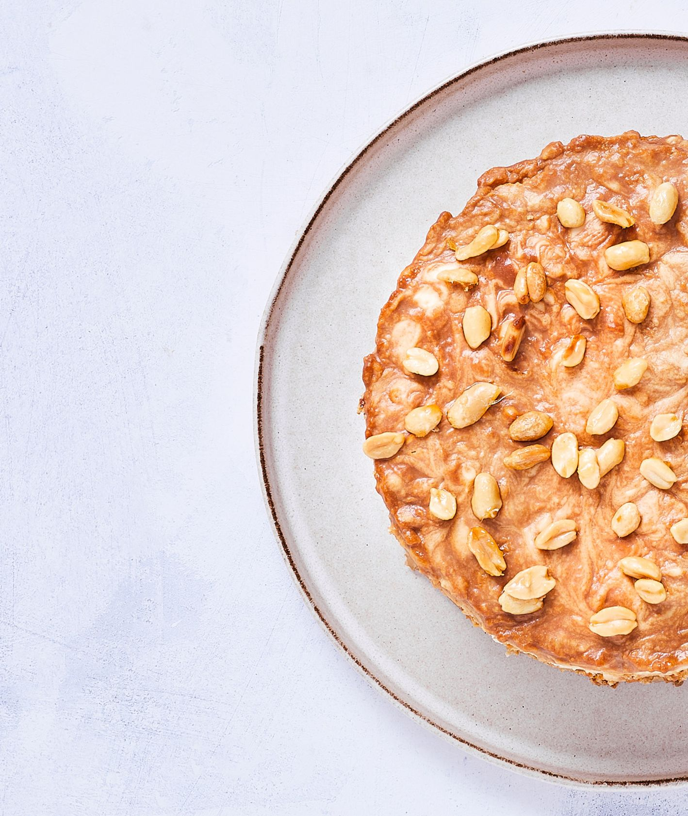 Kremowy sernik na zimno z mascarpone, z białą czekoladą i z solonym karmlem na ciasteczkowym spodzie (fot. Maciej Niemojewski)