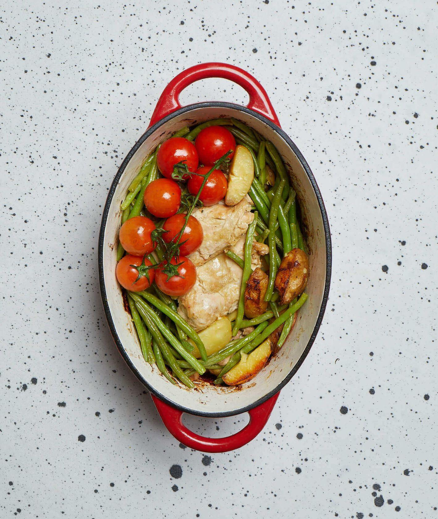 kurczak z warzywami, pieczony kurczak, danie jednogarnkowe, pieczone pomidory, fasolka szparagowa, rodzinny obiad, obiad dla całej rodziny, szybki obiad, danie jednogarnkowe, obiad z piekarnika, sos musztardowy