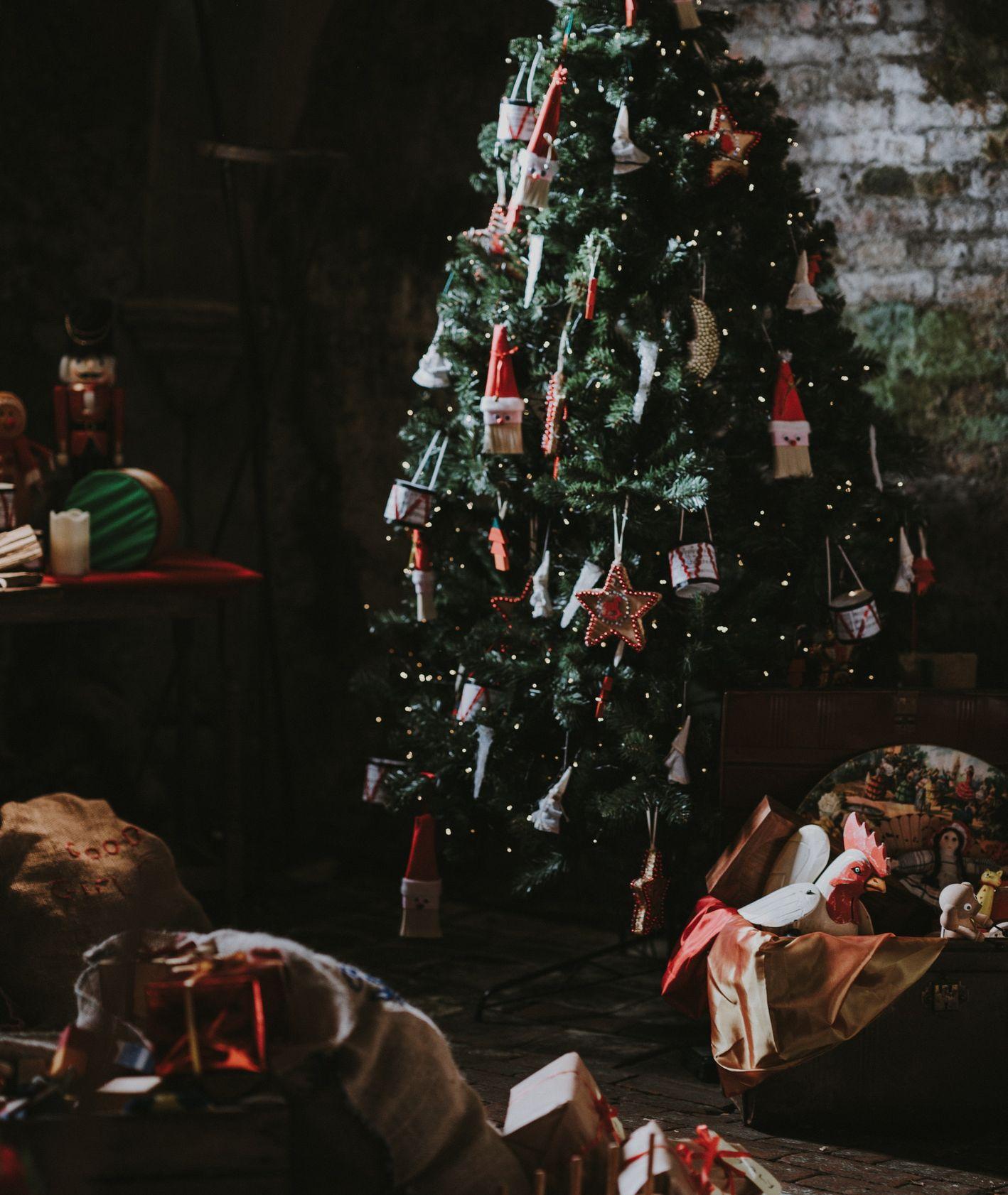 Udekorowana świąteczna choinka (fot. Annie Spratt / unsplash.com)