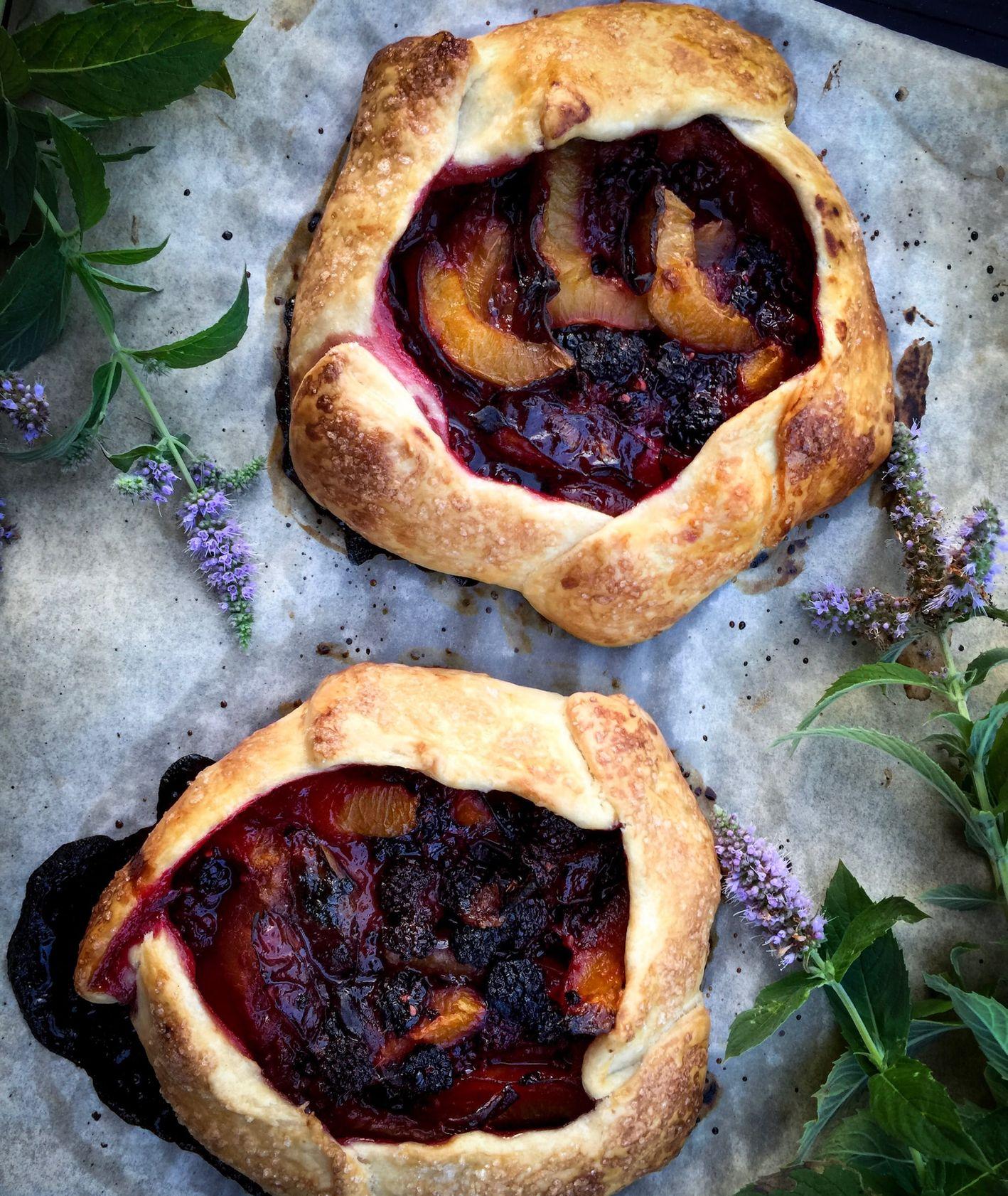 Ciasto ze śliwkami (fot. Jane Yokata / unsplash.com)