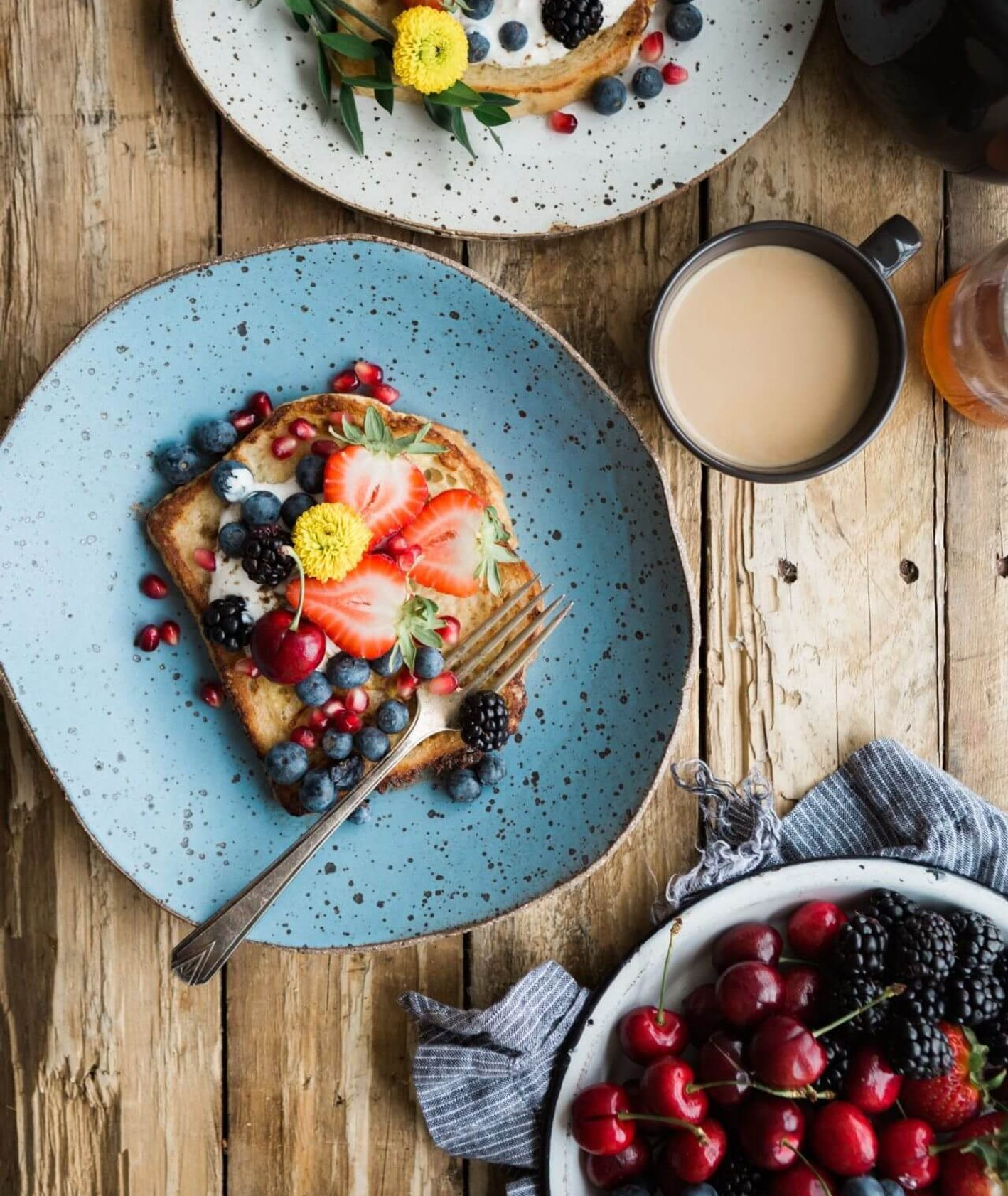 Tosty z grillowanymi owocami, truskawki, wiśnie, jeżyny (fot. Brooke Lark)