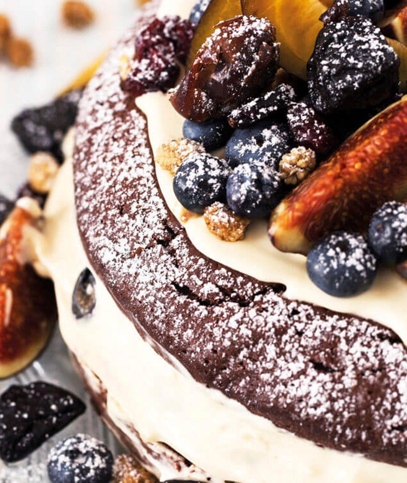 Puszyste ciastko czekoladowe z masą makową, ozdobione owocami